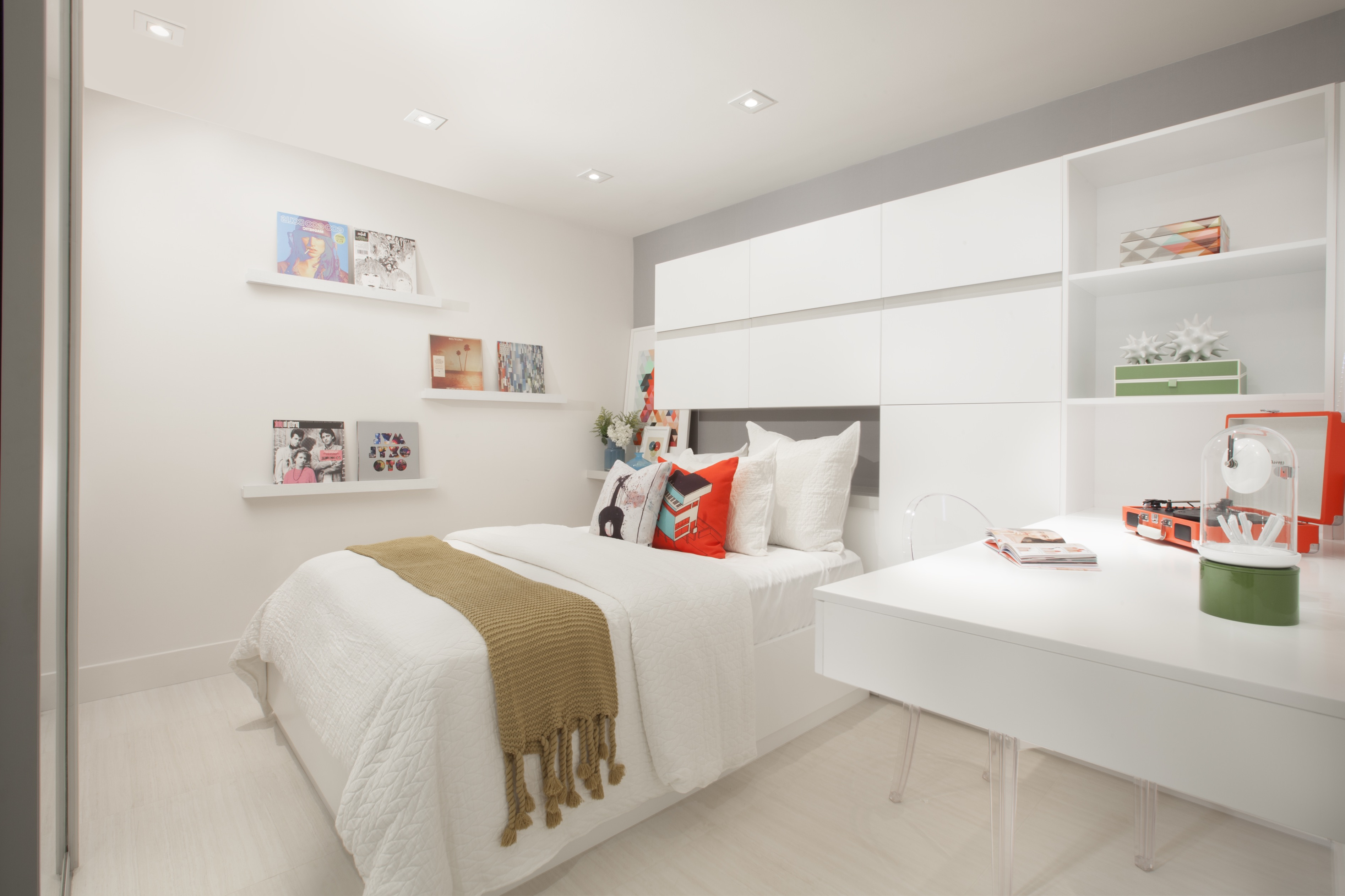Modern Bedroom With Built In Wardrobe And Flat Cabinets (Image 11 of 15)