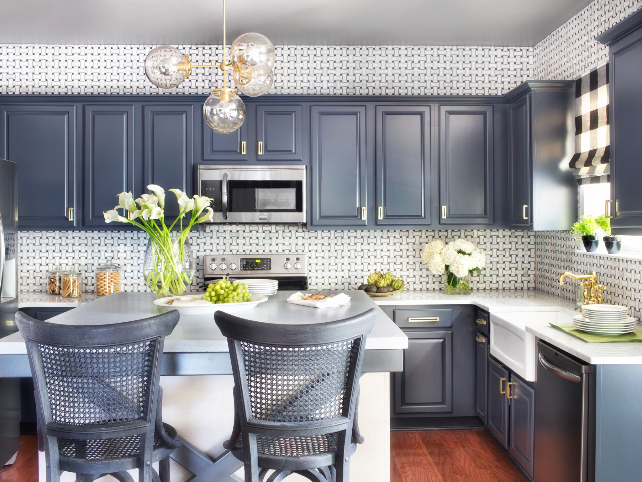 Neutral Gray Cabinets Color For Traditional Kitchen (View 13 of 18)