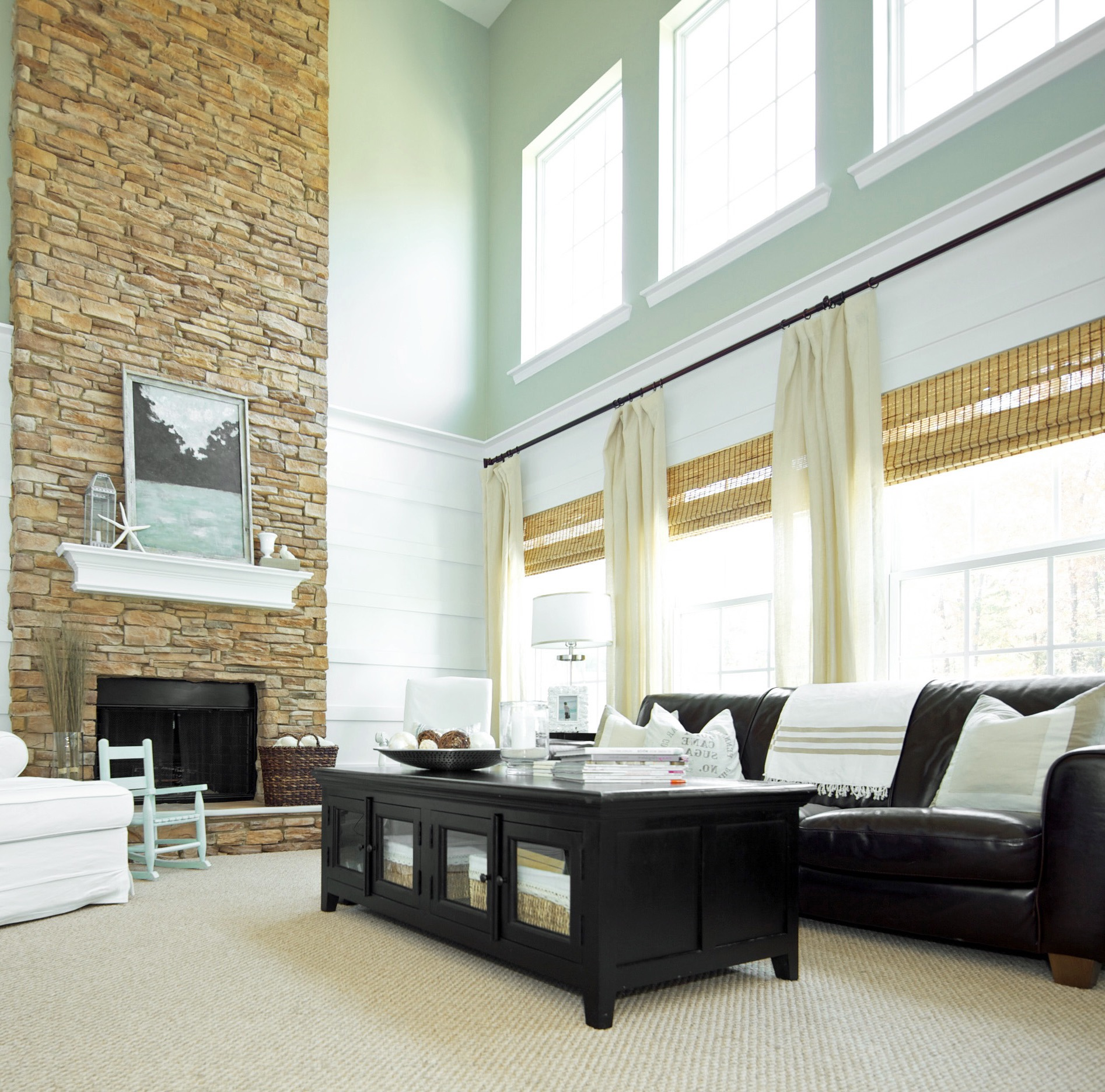 Dramatic Floor To Ceiling Brick Wall Decor For Modern Living Room (Image 6 of 30)