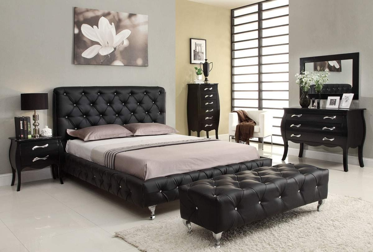 Elegant Italian Bedroom Furniture Set Black White Theme (Image 4 of 12)