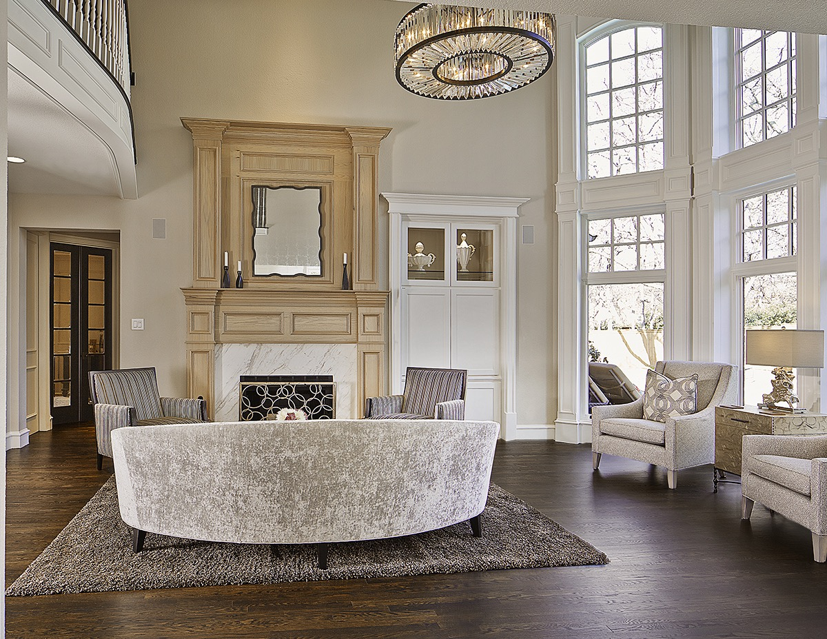 French Living Room Design With Orgeous Modern Crystal Chandelier (Image 7  Of 15)