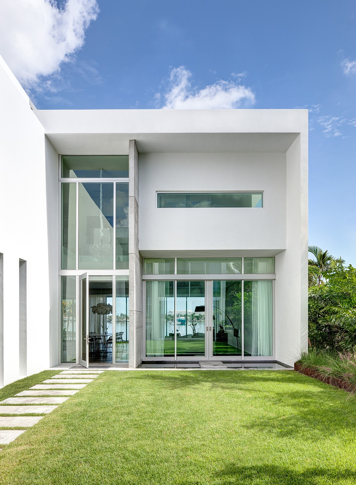 Lushly Landscaped Courtyard For Minimalist House Exterior (View 10 of 30)