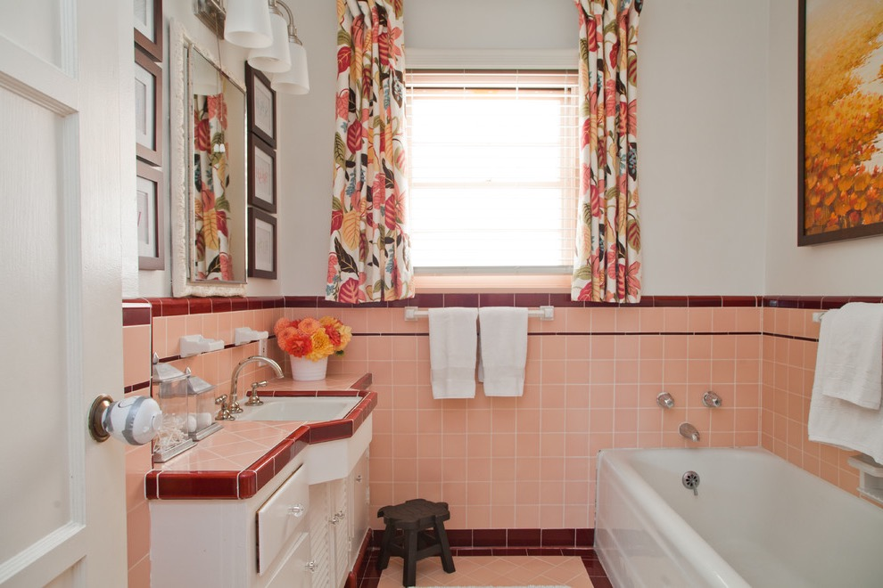 Retro Bathroom Decor With Floral Accent (Image 15 of 20)
