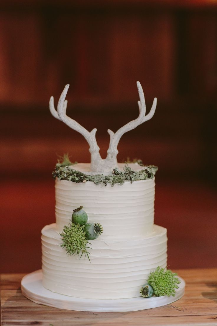Wedding Cake Centerpiece With Deer Anlter Cake Topper (Image 34 of 35)