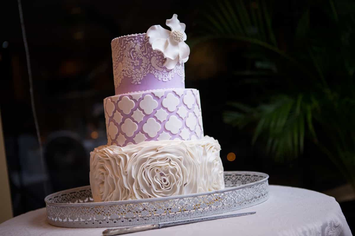Beauty Modern Wedding Cake With Mixed Pattern (Image 1 of 10)
