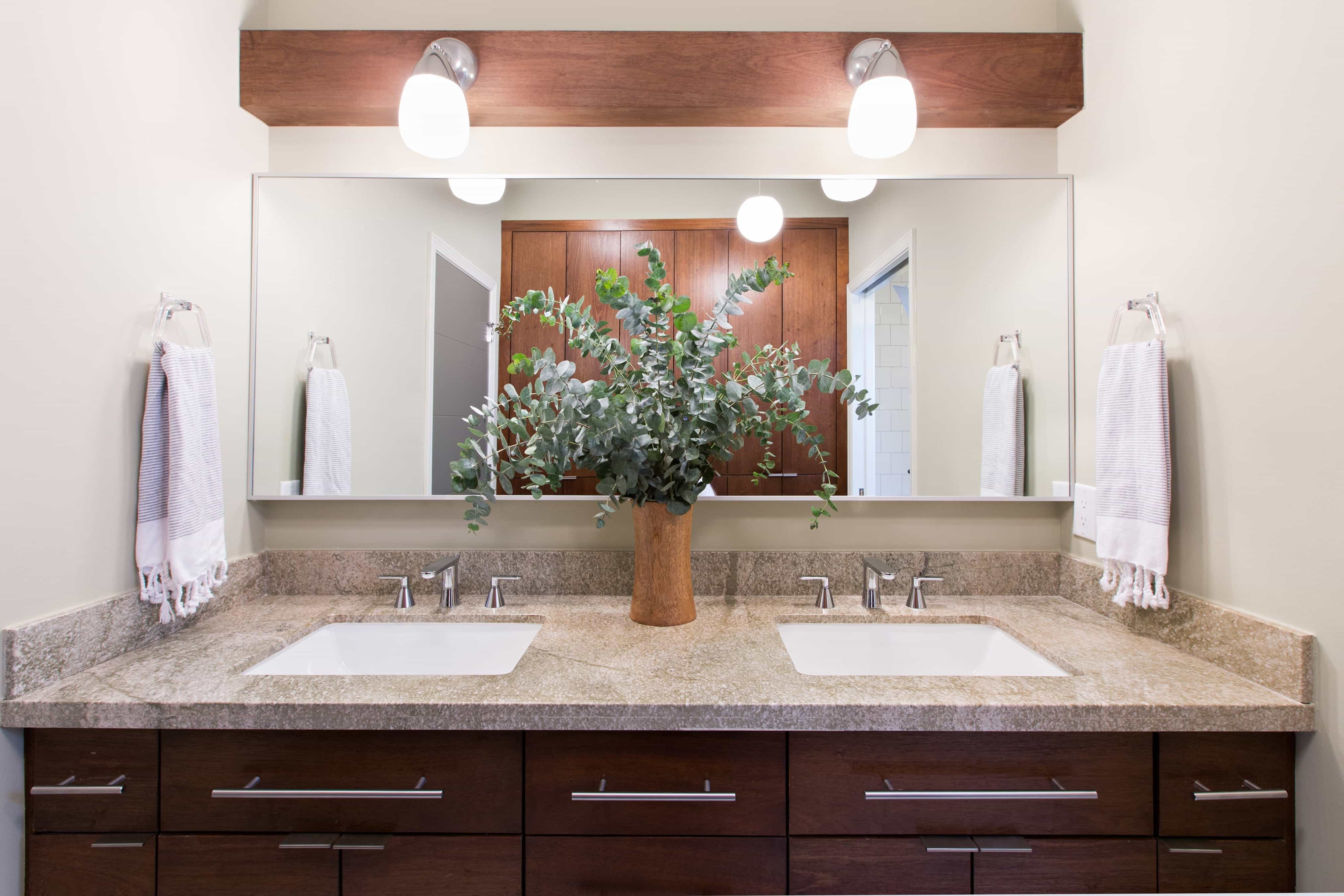 Chic Midcentury Modern Bathroom With Custom Mirror And Light Fixtures (Image 4 of 20)