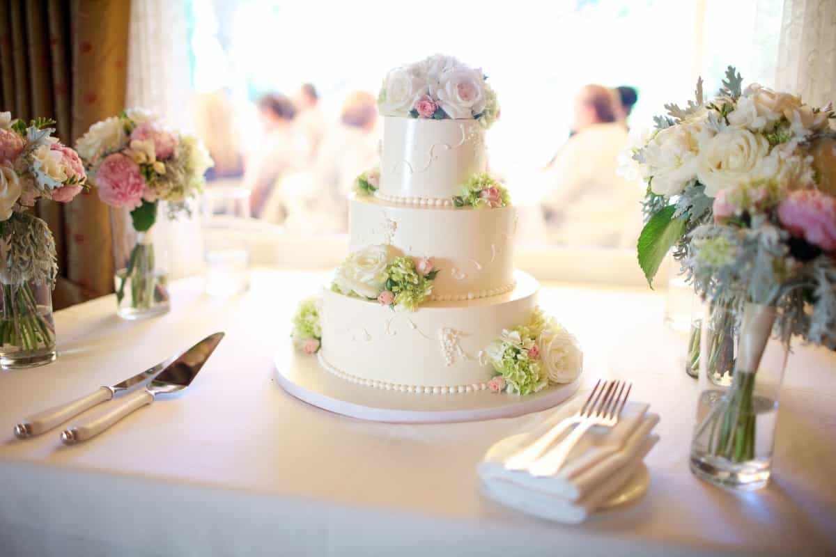 Nature Fresh Wedding Cake With White Buttercream Frosting (Image 3 of 5)