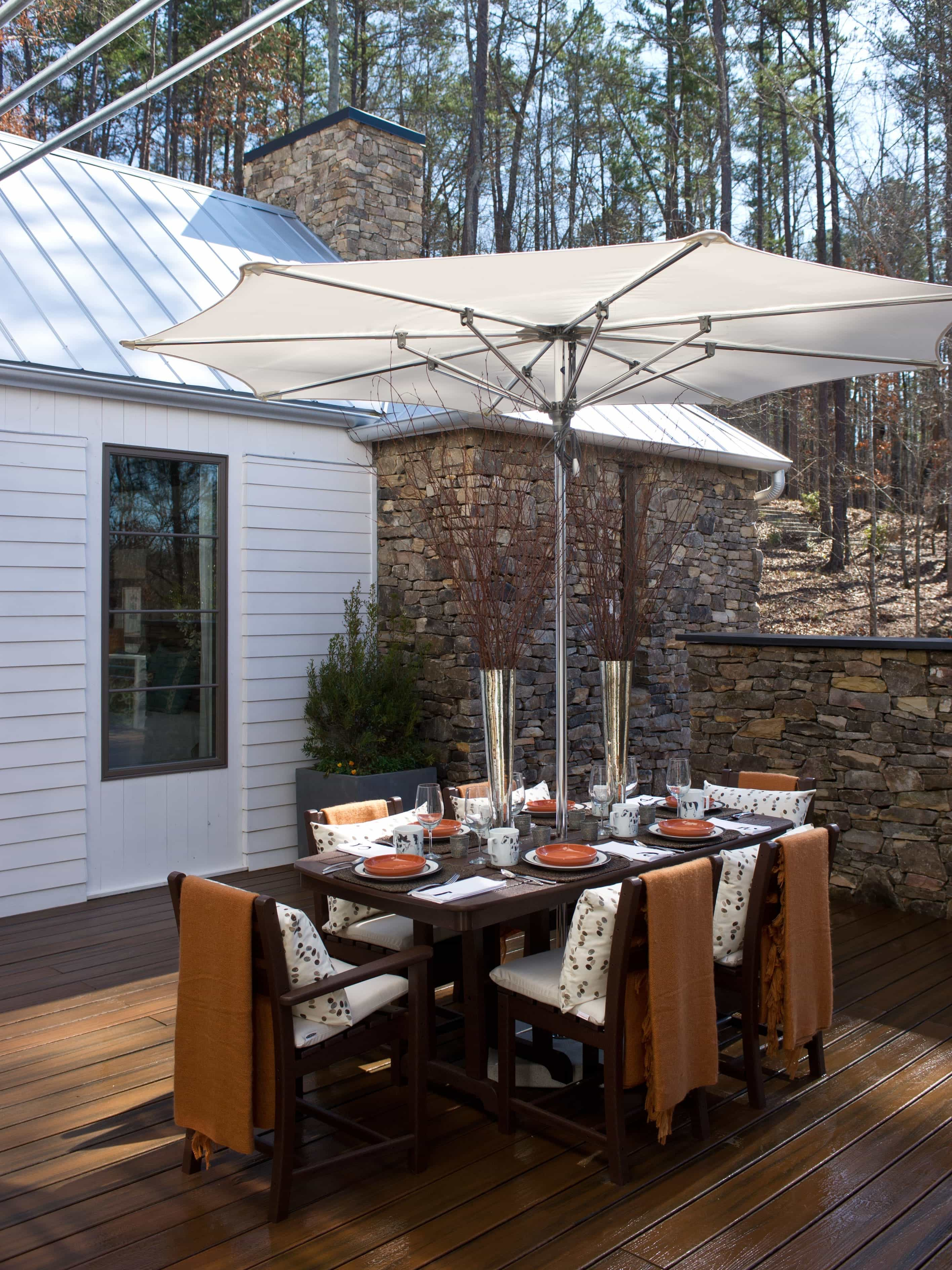 Romantic Courtyard Dining Table With Umbrella (Image 5 of 8)