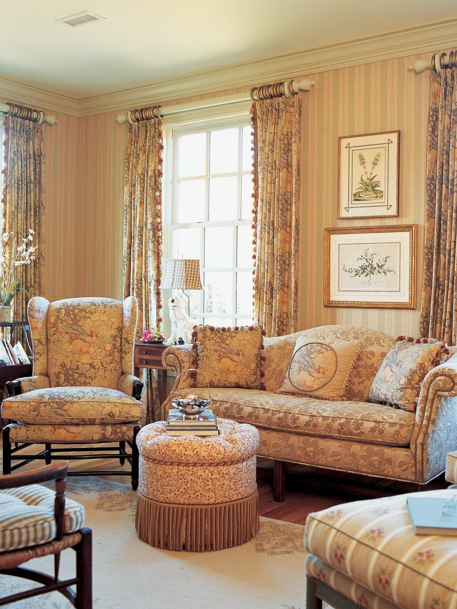 Victorian Living Room Decoration With Traditional Pattern Royal Sofa (Image 29 of 31)