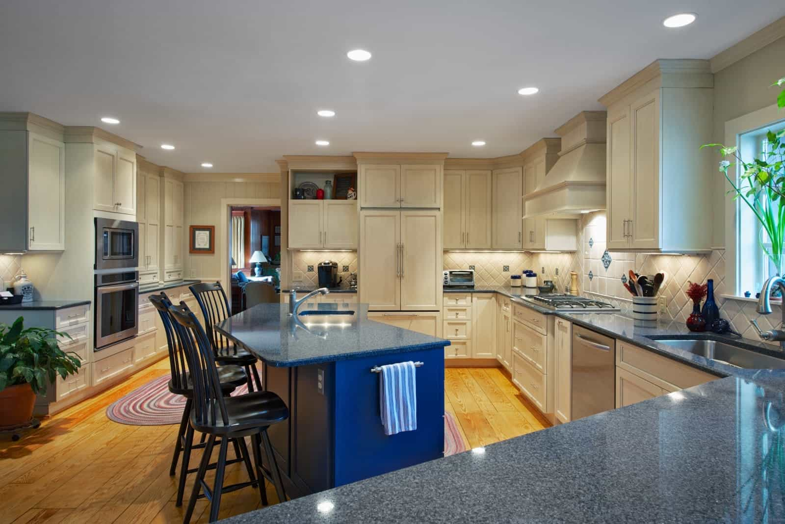 Warm Hardwood Floors In Transitional Kitchen (Image 11 of 12)