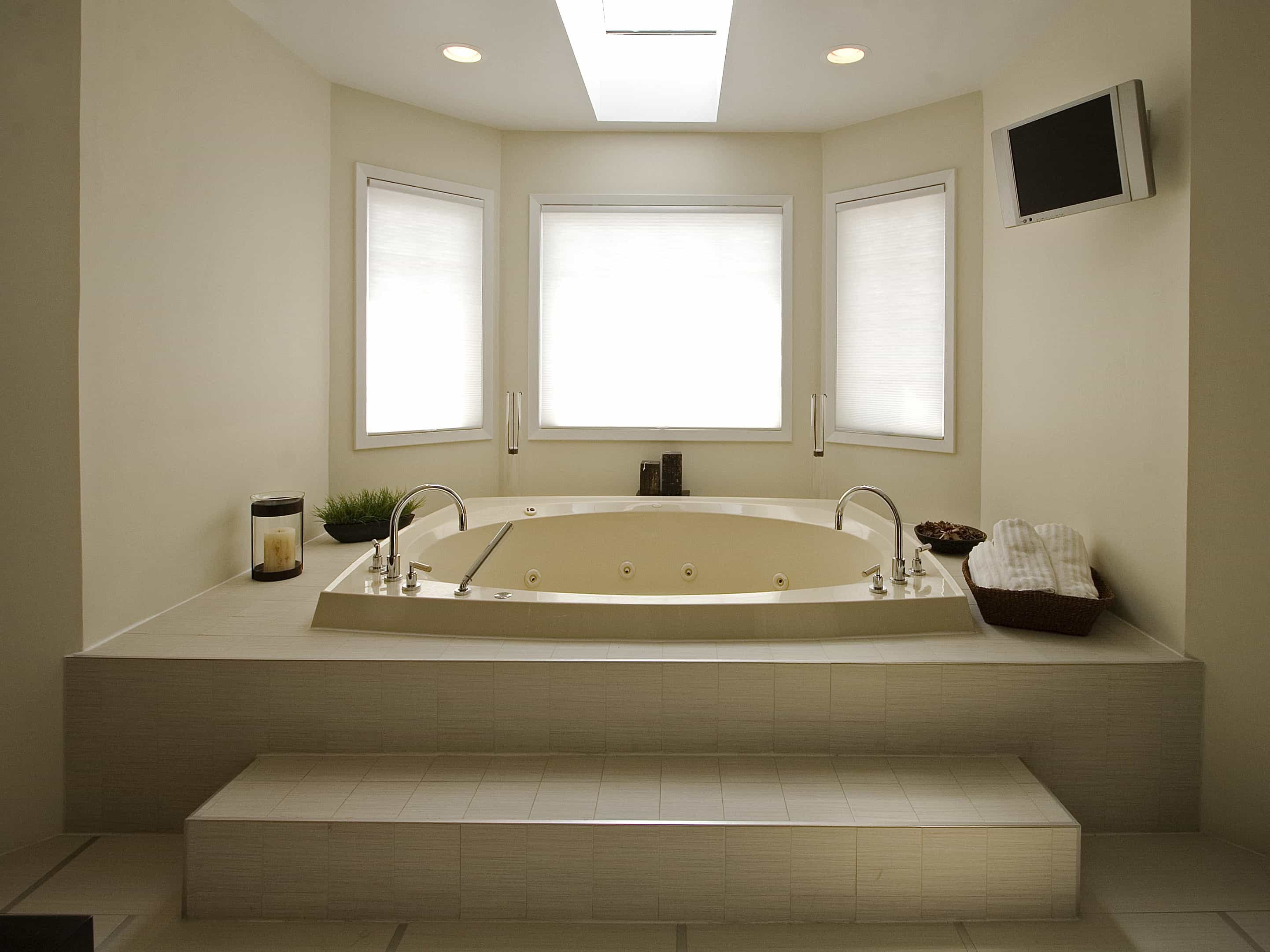 Whirlpool Bathtub In Stunning White Modern Bathroom (Image 29 of 29)