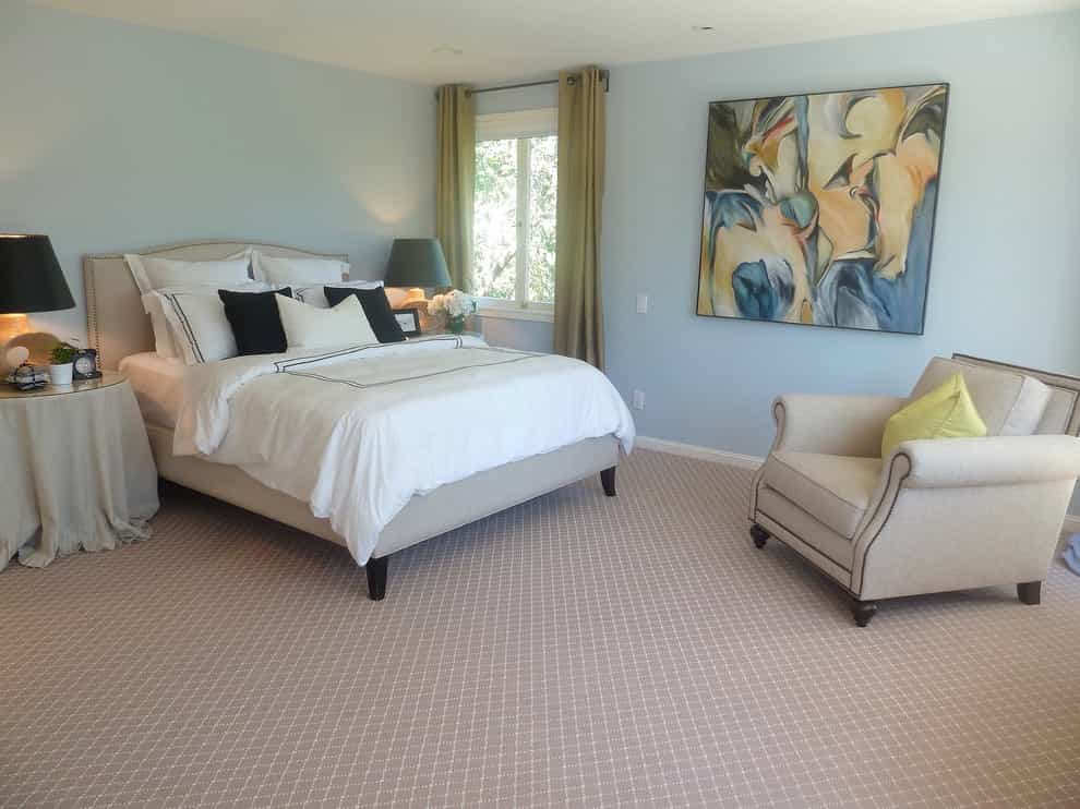 Classic Bedroom Interior Design With Simple Pattern Carpet Flooring (Image 5 of 18)