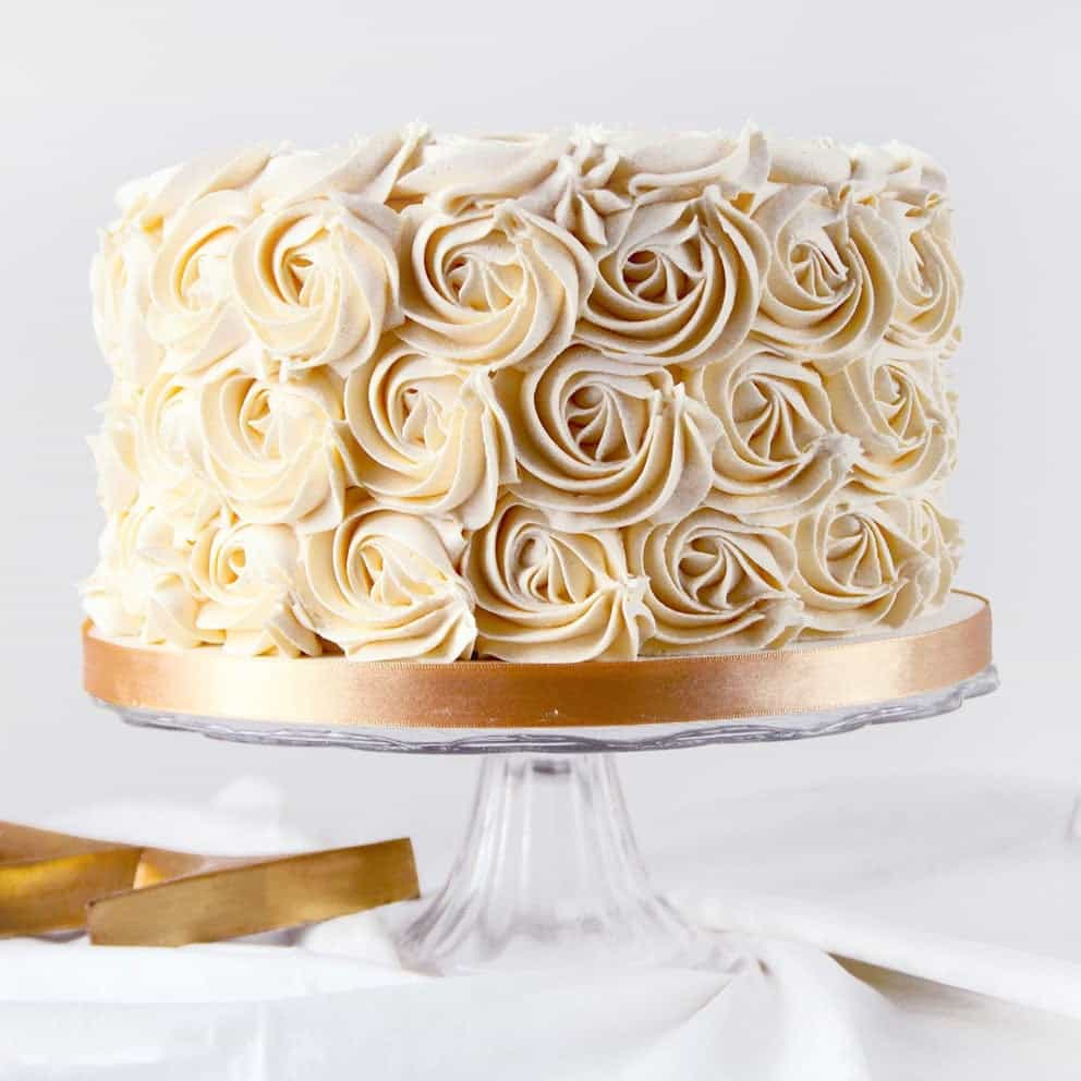 Classic Floral Wedding Cake (Image 6 of 16)