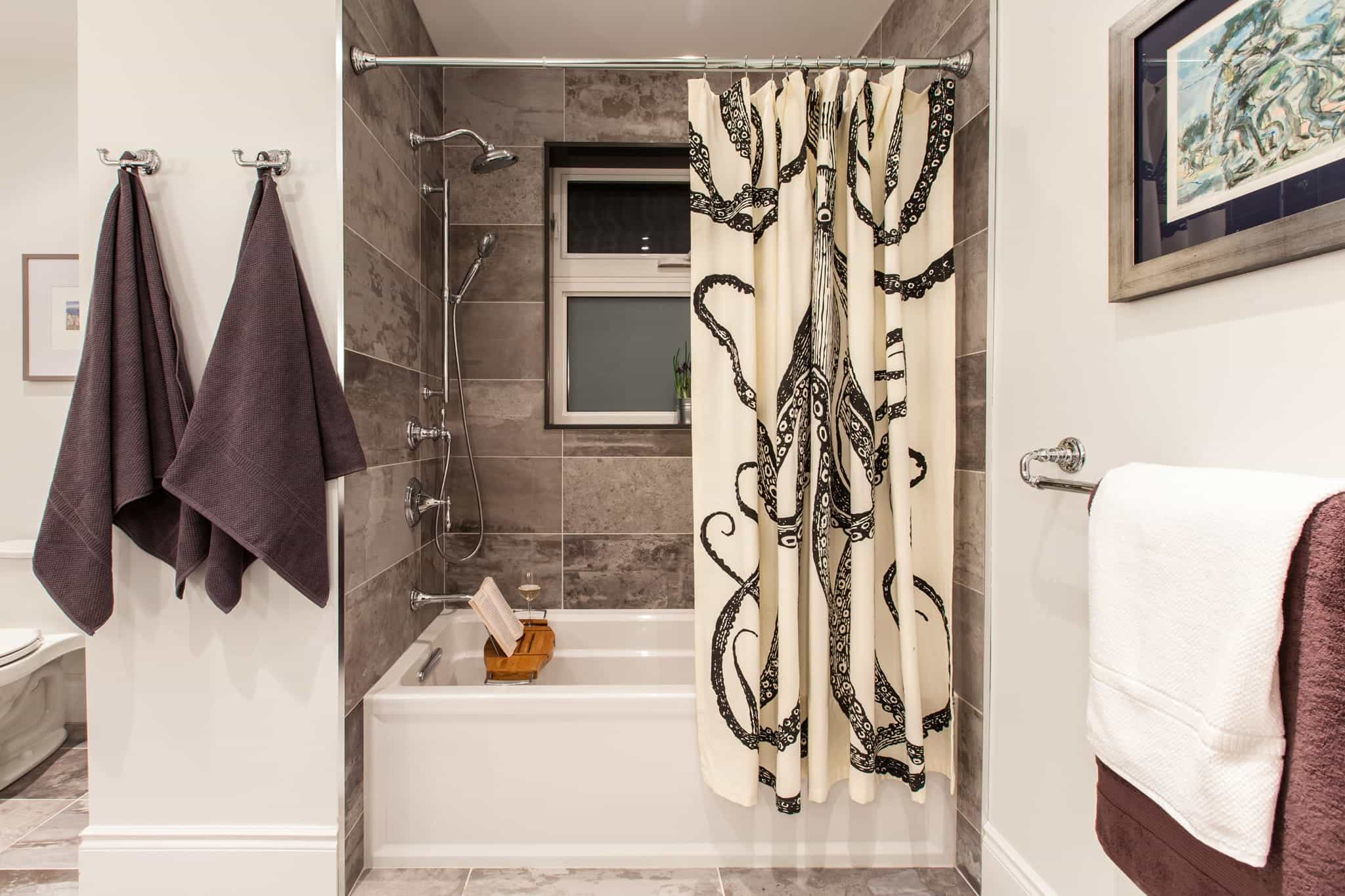 Contemporary Bathtub And Shower Combo With Marble Wall (View 15 of 16)