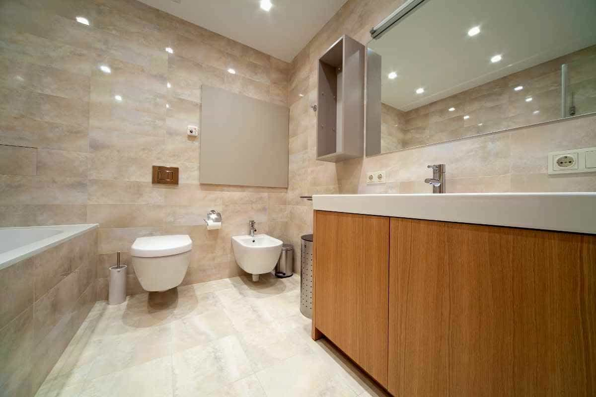 Contemporary Deluxe Large Bathroom Interior Remodeling (Image 2 of 14)