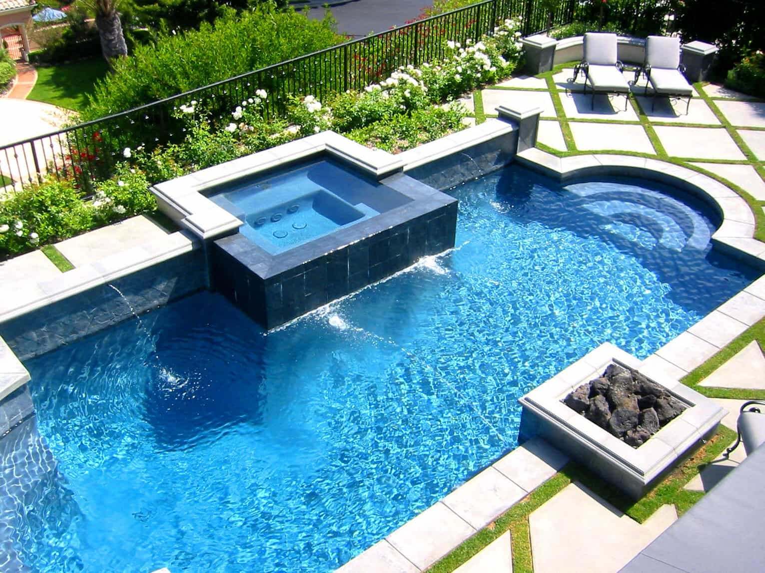 Modern Backyard Swimming Pool With Hot Tub Pool (View 1 of 25)