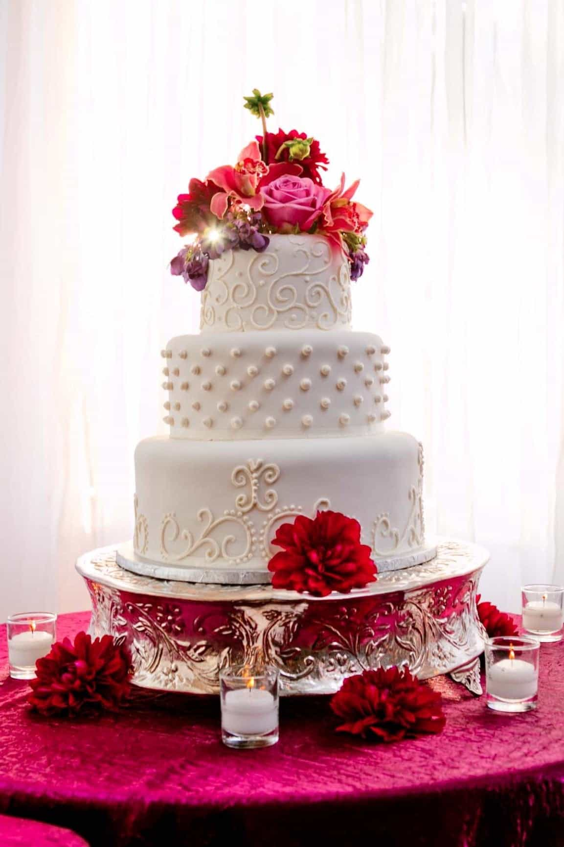 Romantic Wedding Cake With Classic Red Rose (Image 15 of 16)