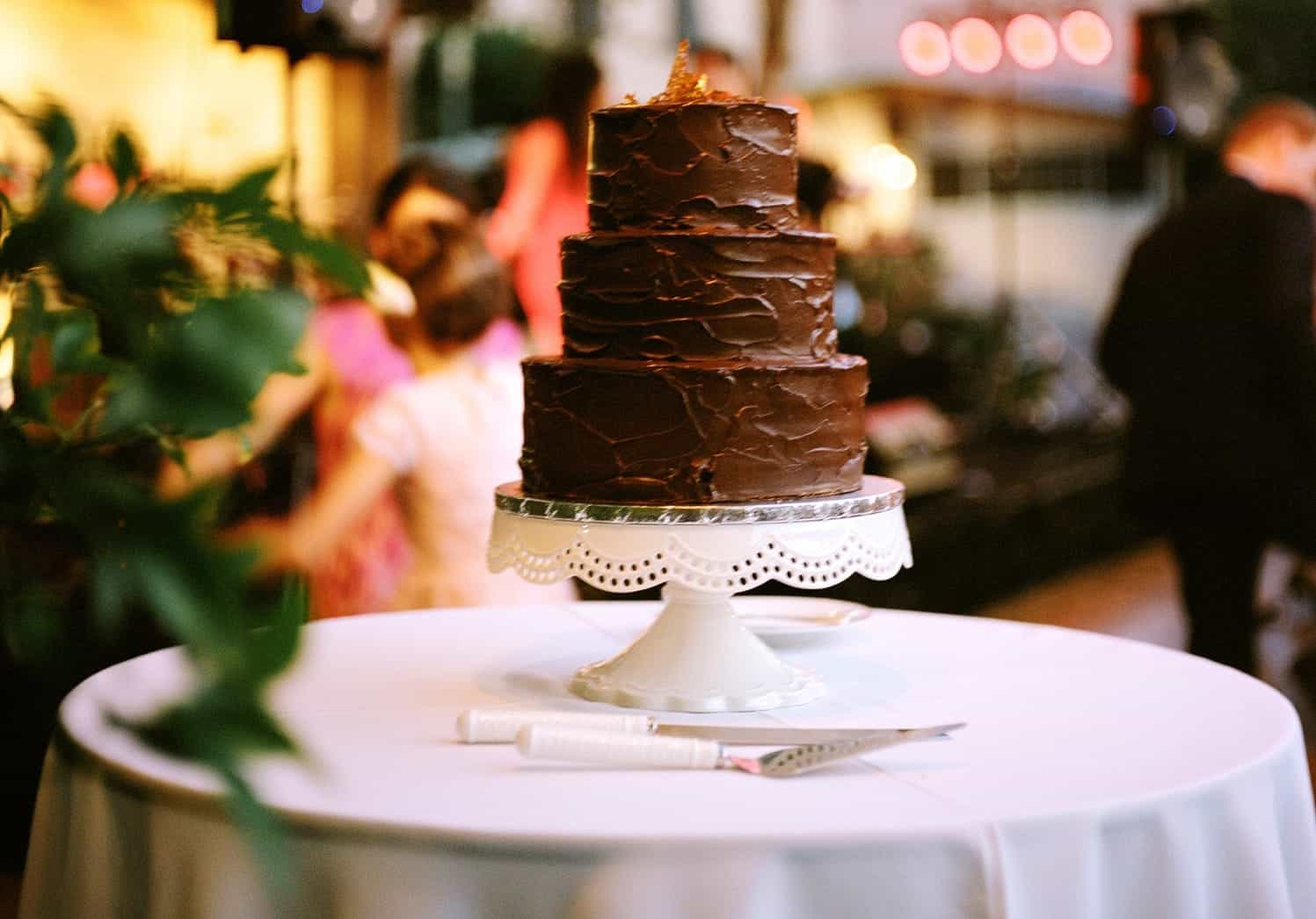 Featured Image of 30 Delicious And Gorgeous Chocolate Wedding Cakes