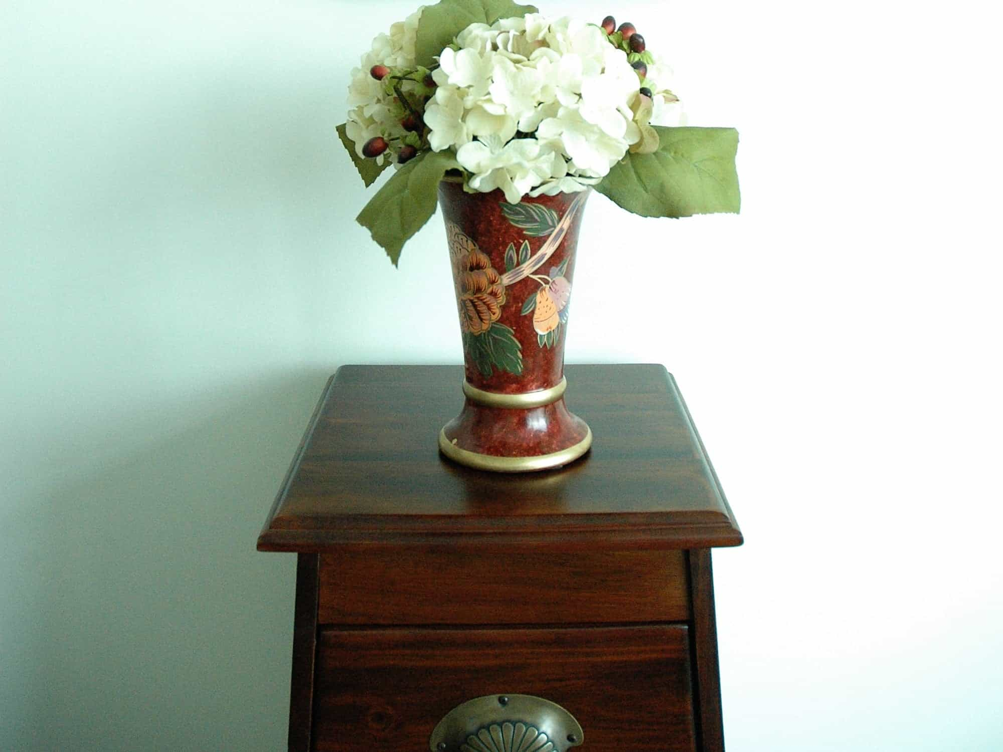Featured Image of Asian Style Flower Vase With White Hydrangeas