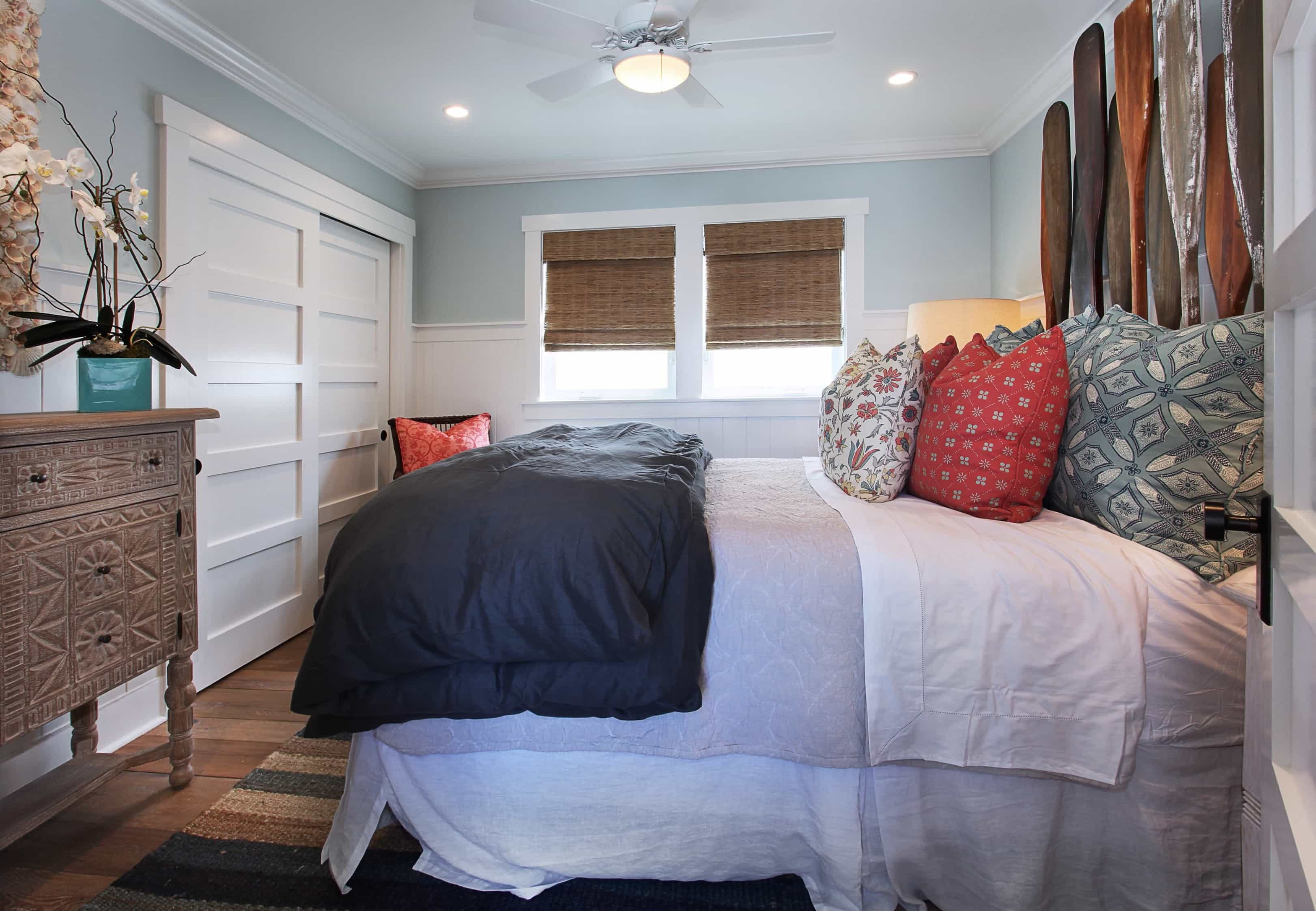 Featured Image of Blue Coastal Bedroom With Oar Headboard