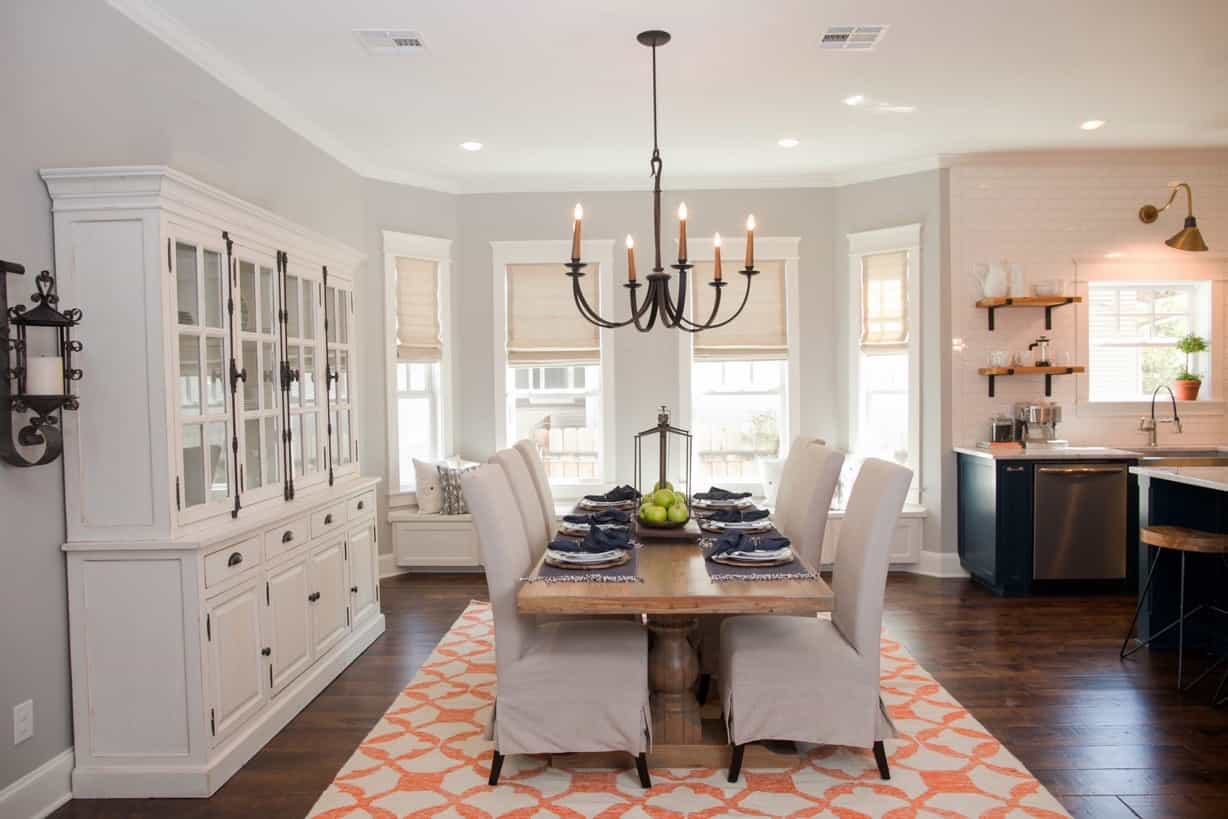 Featured Image of Bright Natural Light Dining Room Featuring White Wood Furniture