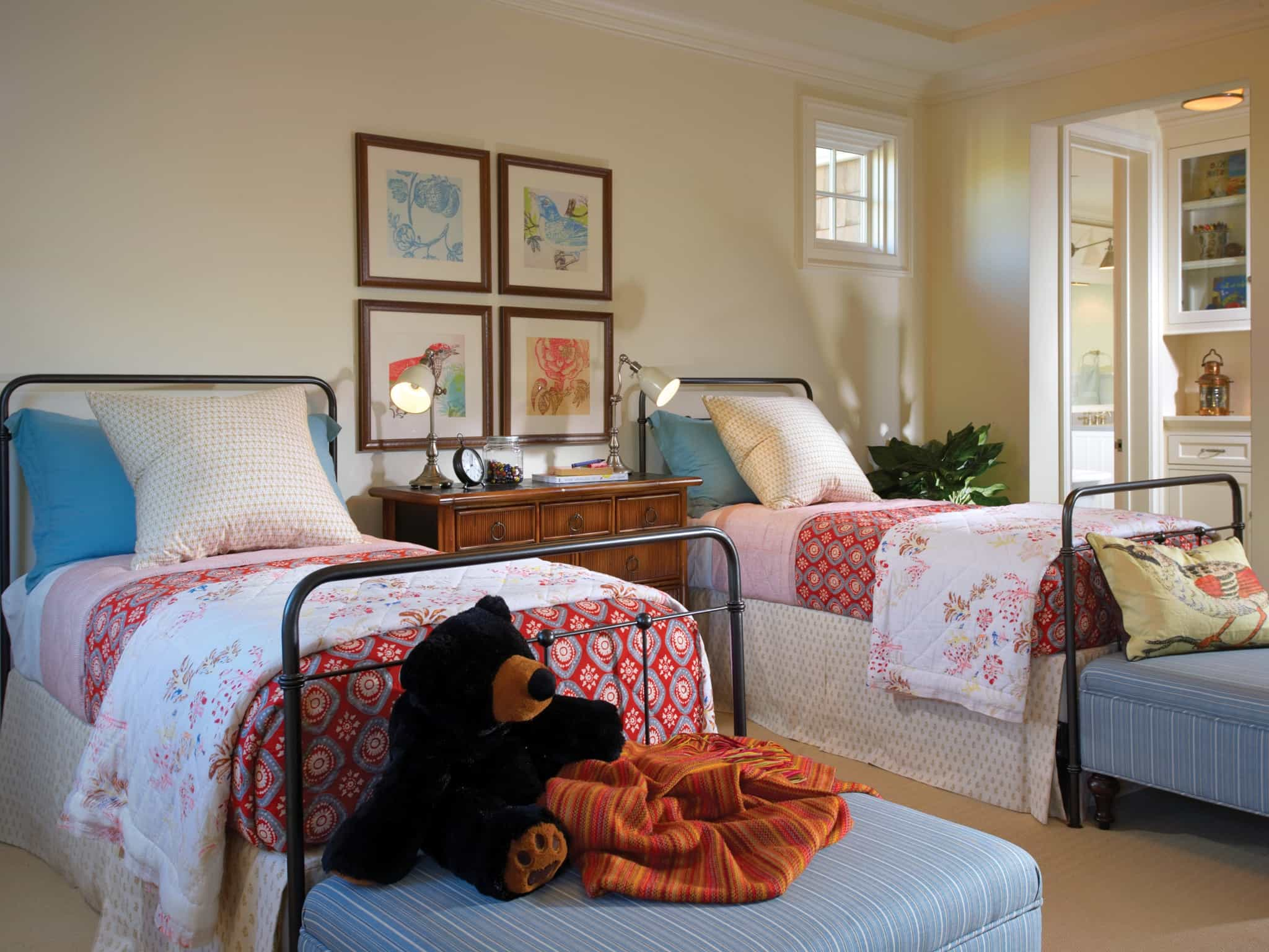 Cape Cod Style Bedroom With Twin Beds 48259 House