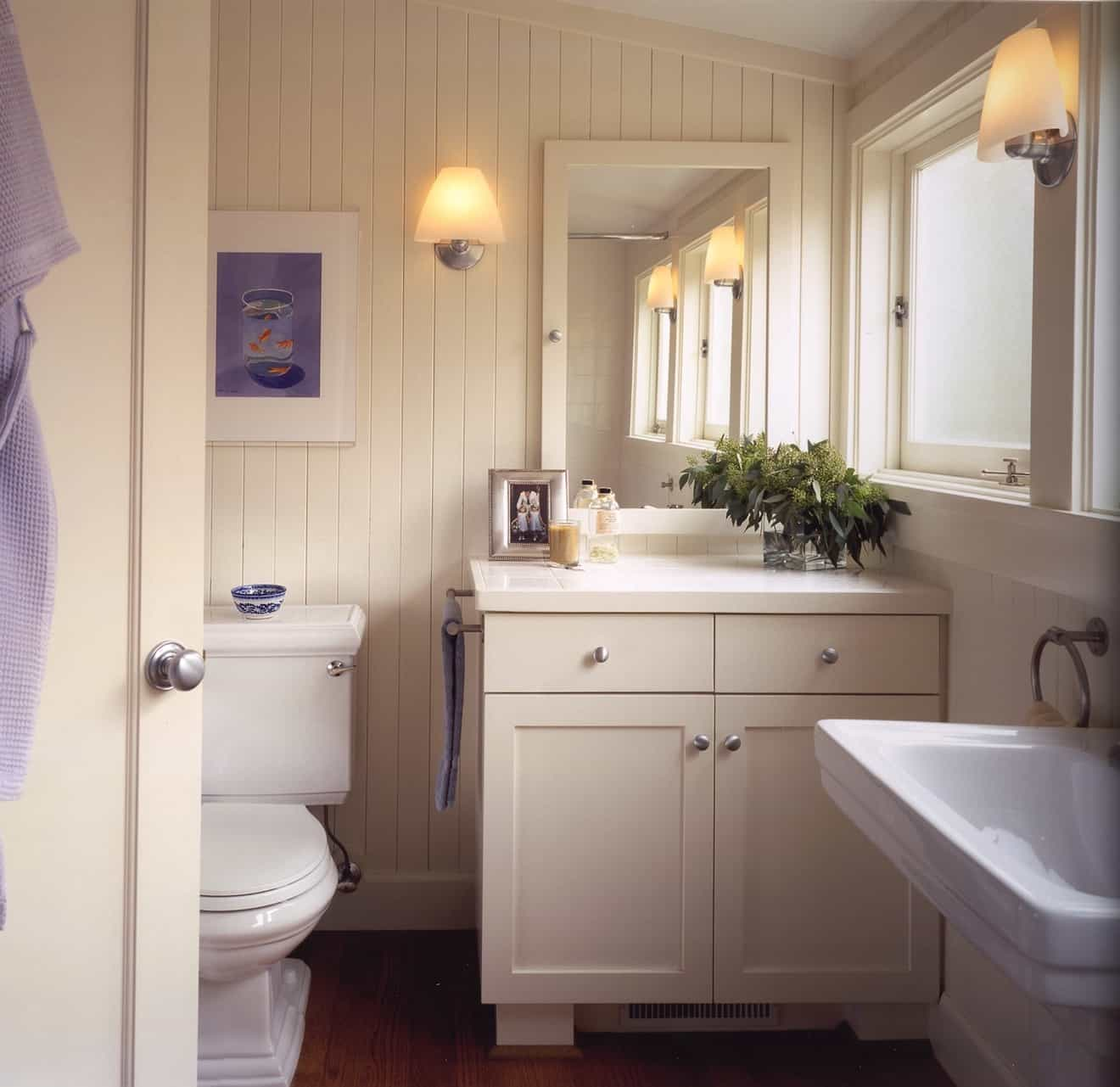 Featured Image of Chic Cottage Bathroom With Beadboard Walls