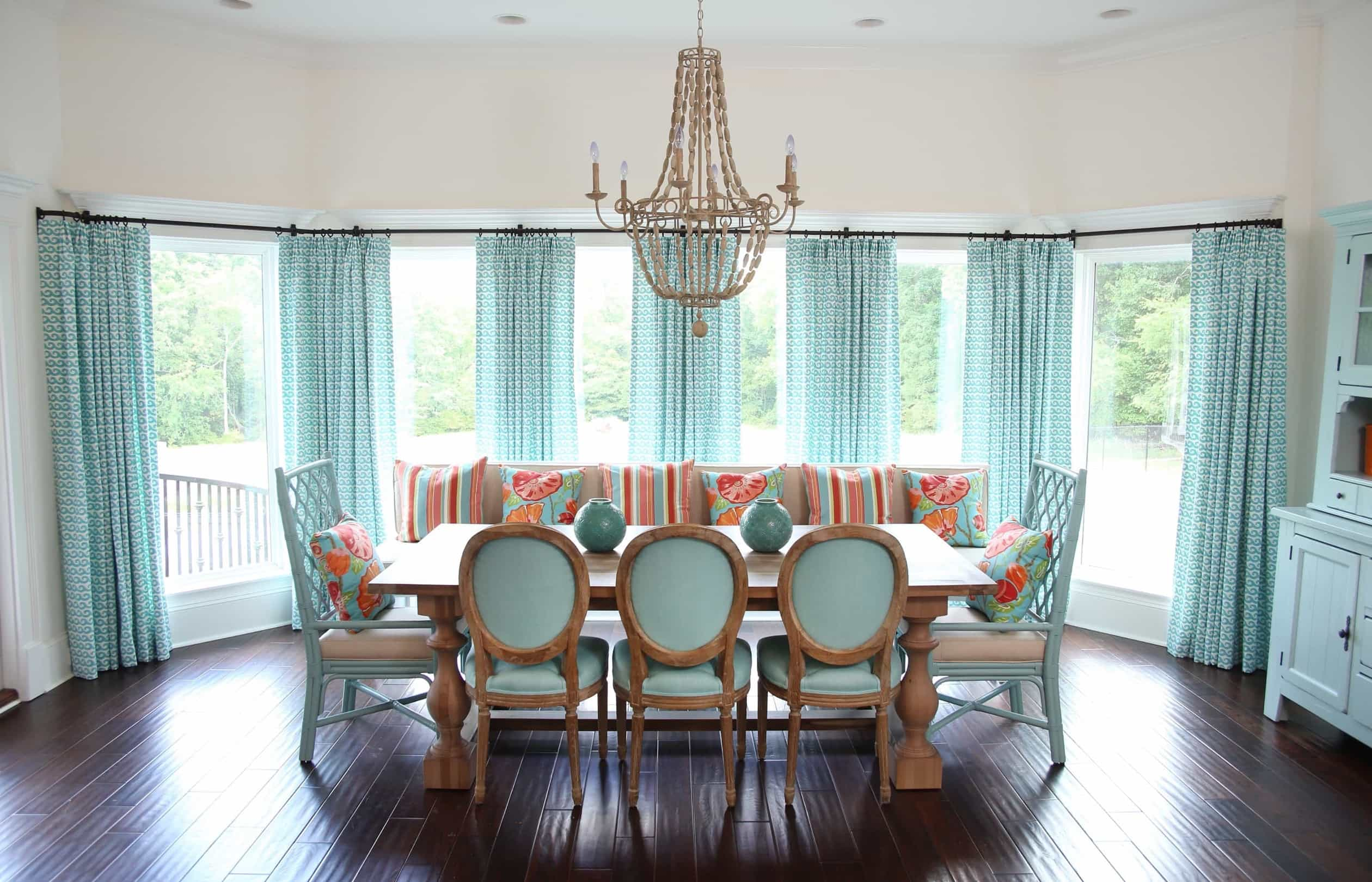 Featured Image of Coastal Dining Room With Aqua Decor And Ornate Chandelier