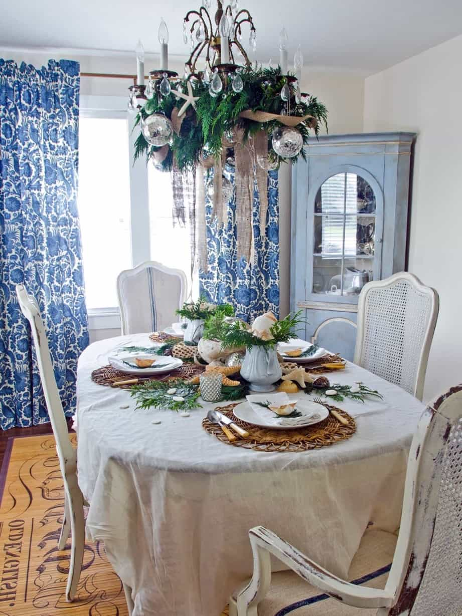 Featured Image of Coastal Dining Room With Holiday Table Setting