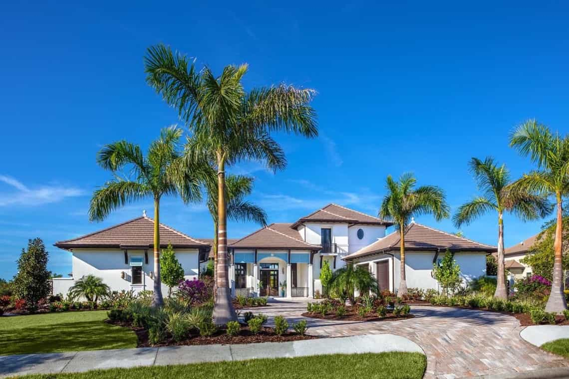 Featured Image of Coastal Home With Stucco Exterior And Roundabout Driveway