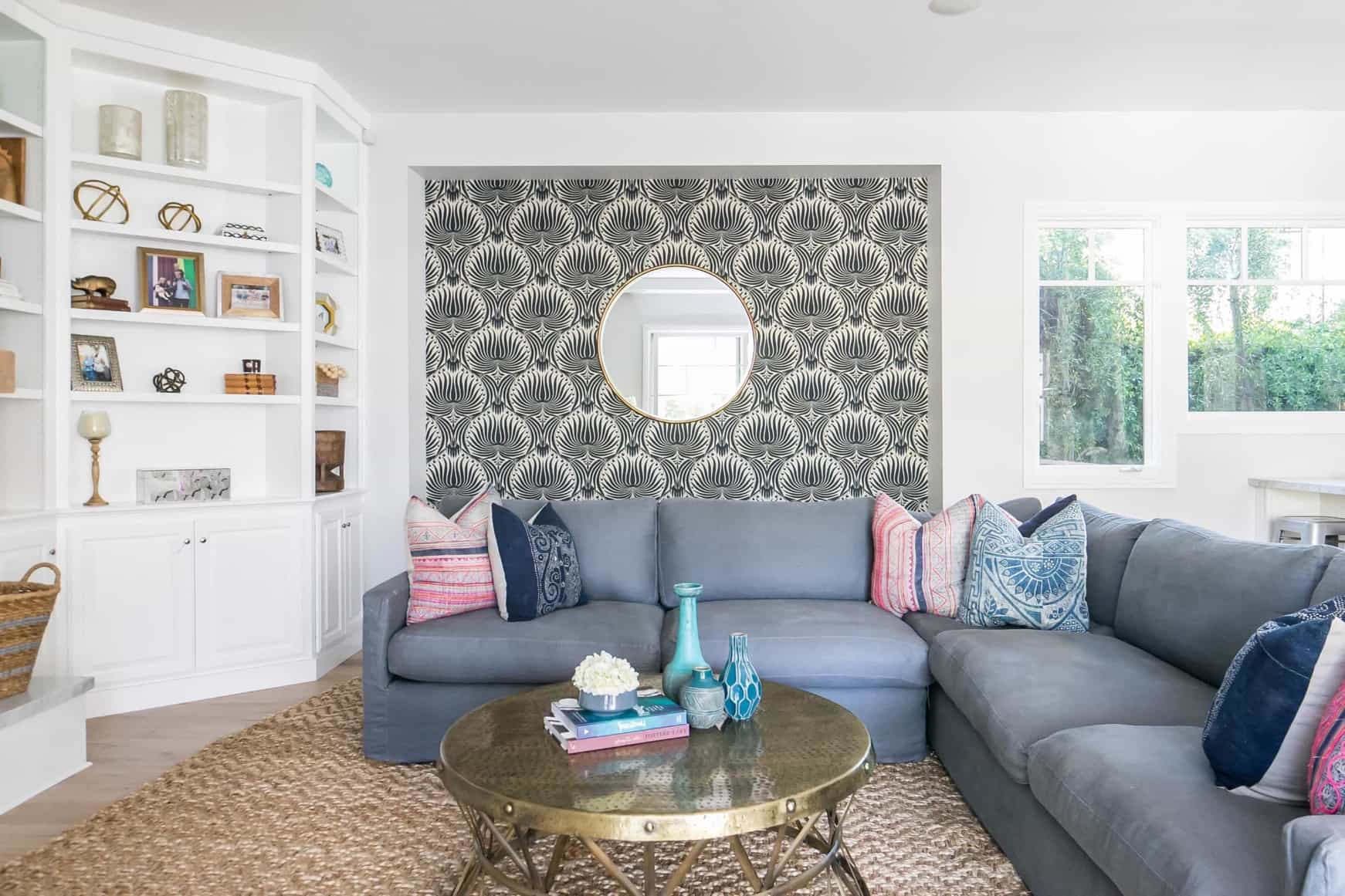 Featured Image of Coastal Living Room With Seashell Wallpaper Accent Wall