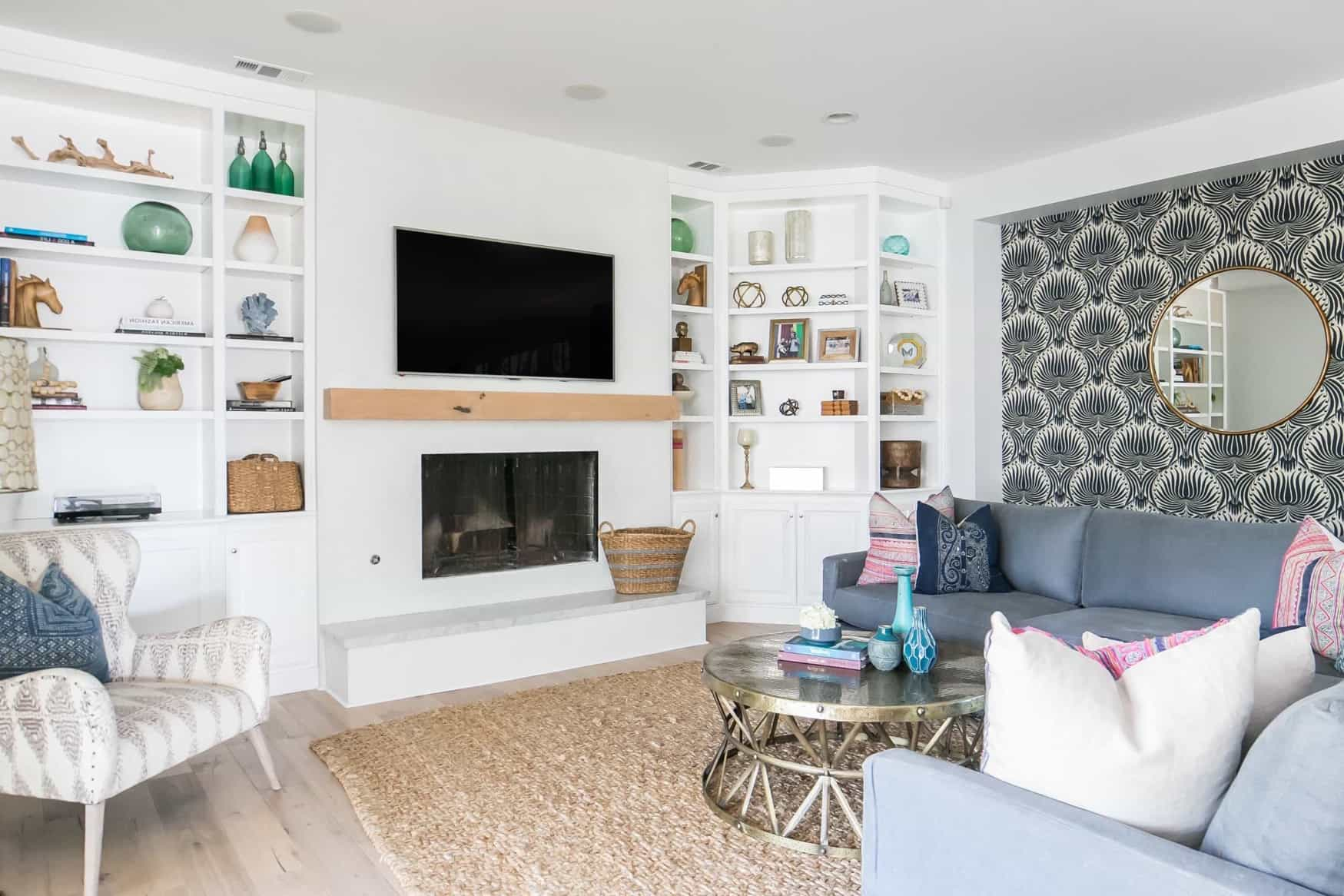 Featured Image of Coastal Living Room With Seashell Wallpaper And Built In Bookcases
