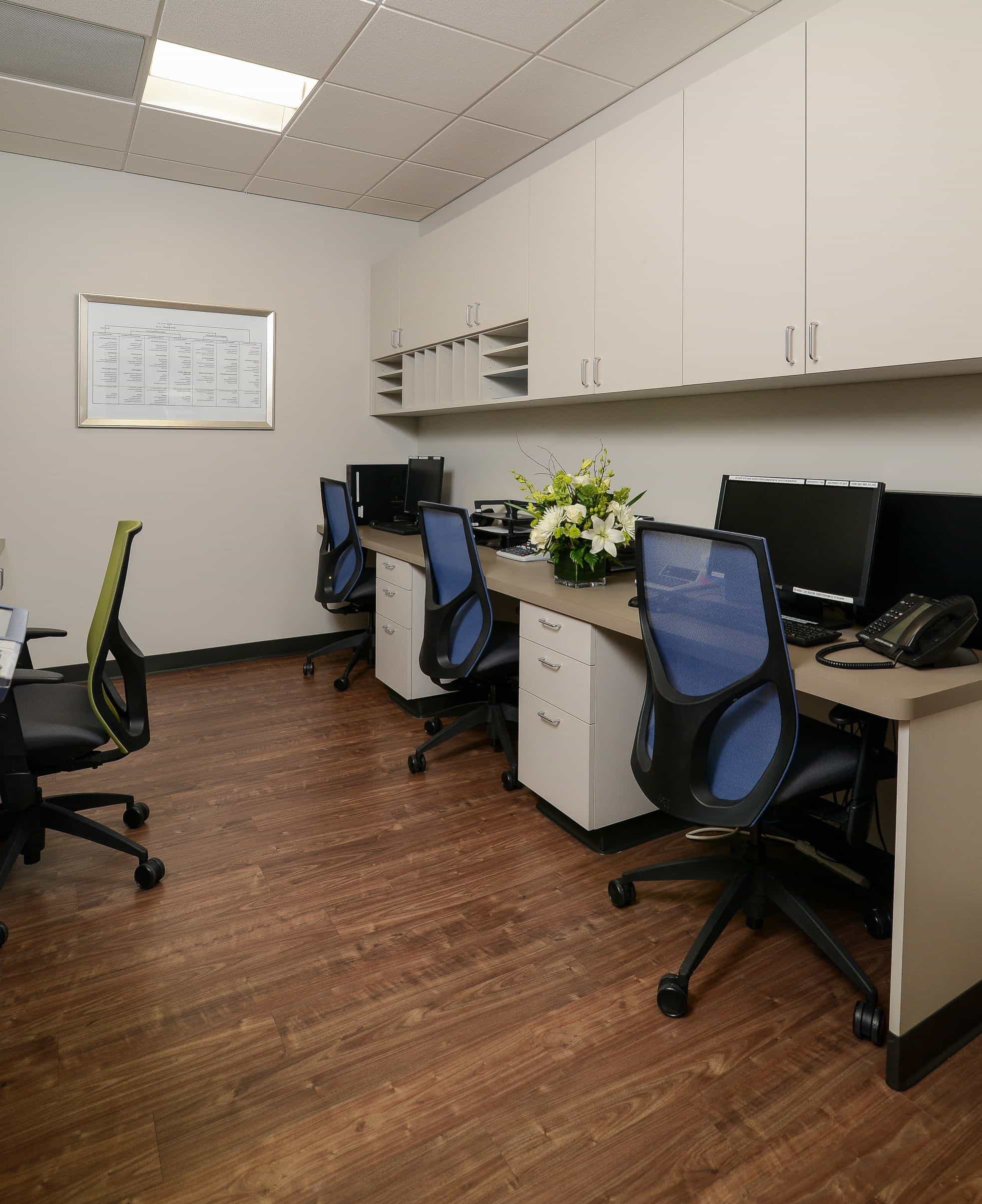 Featured Image of Contemporary Office With Colorful Desk Chairs