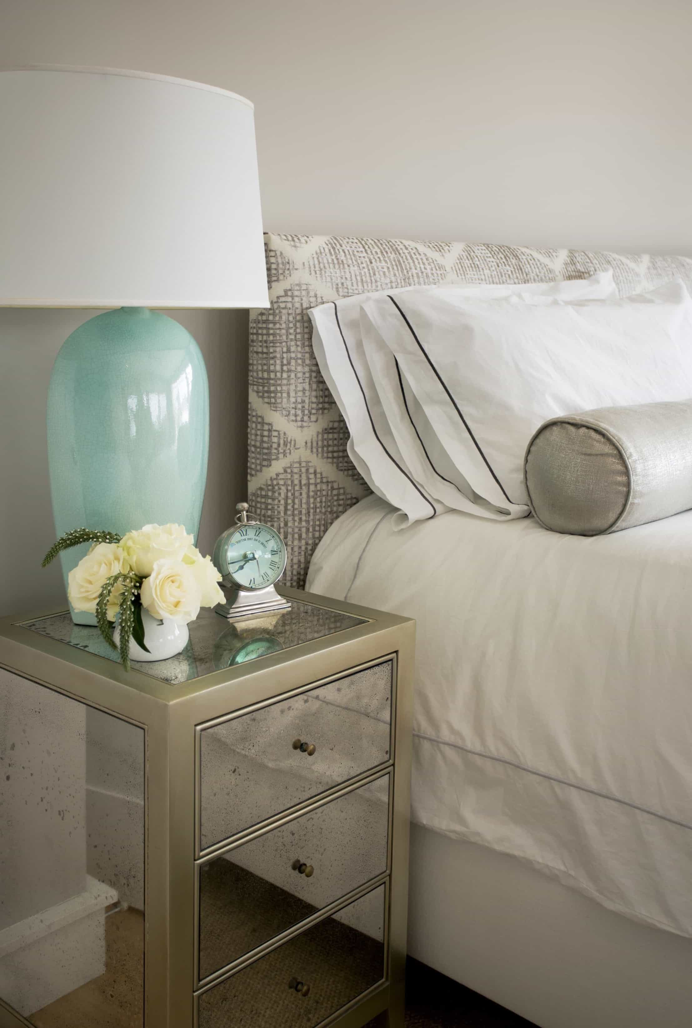 Featured Image of Elegant Coastal Bedroom With Mirrored Side Table