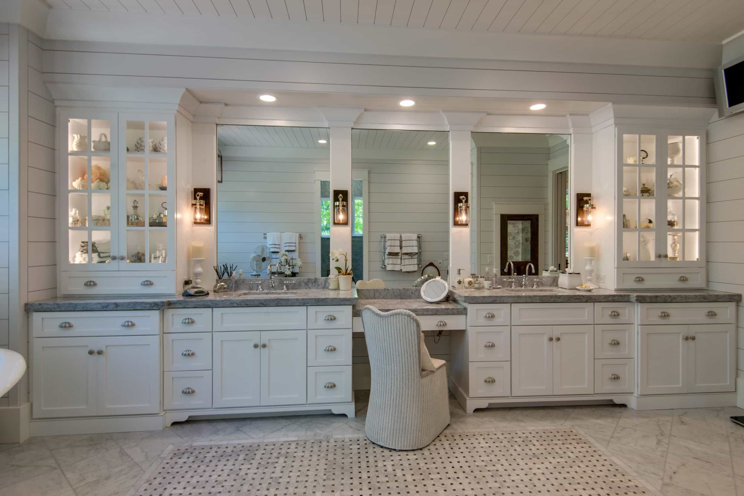 Featured Image of Large White Bathroom With Dressing Table