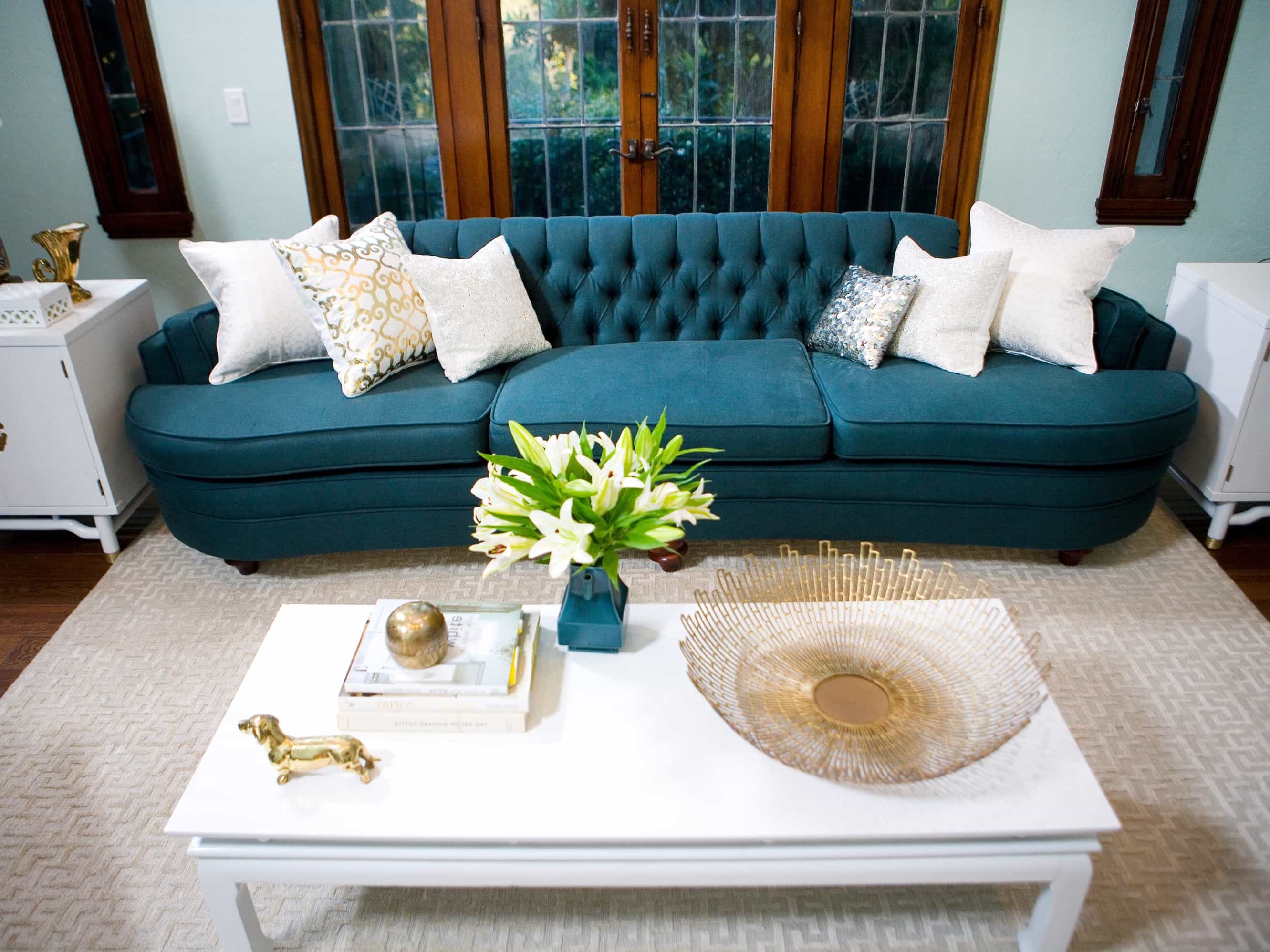 Featured Image of Living Room With Blue Sofa And White Coffee Table