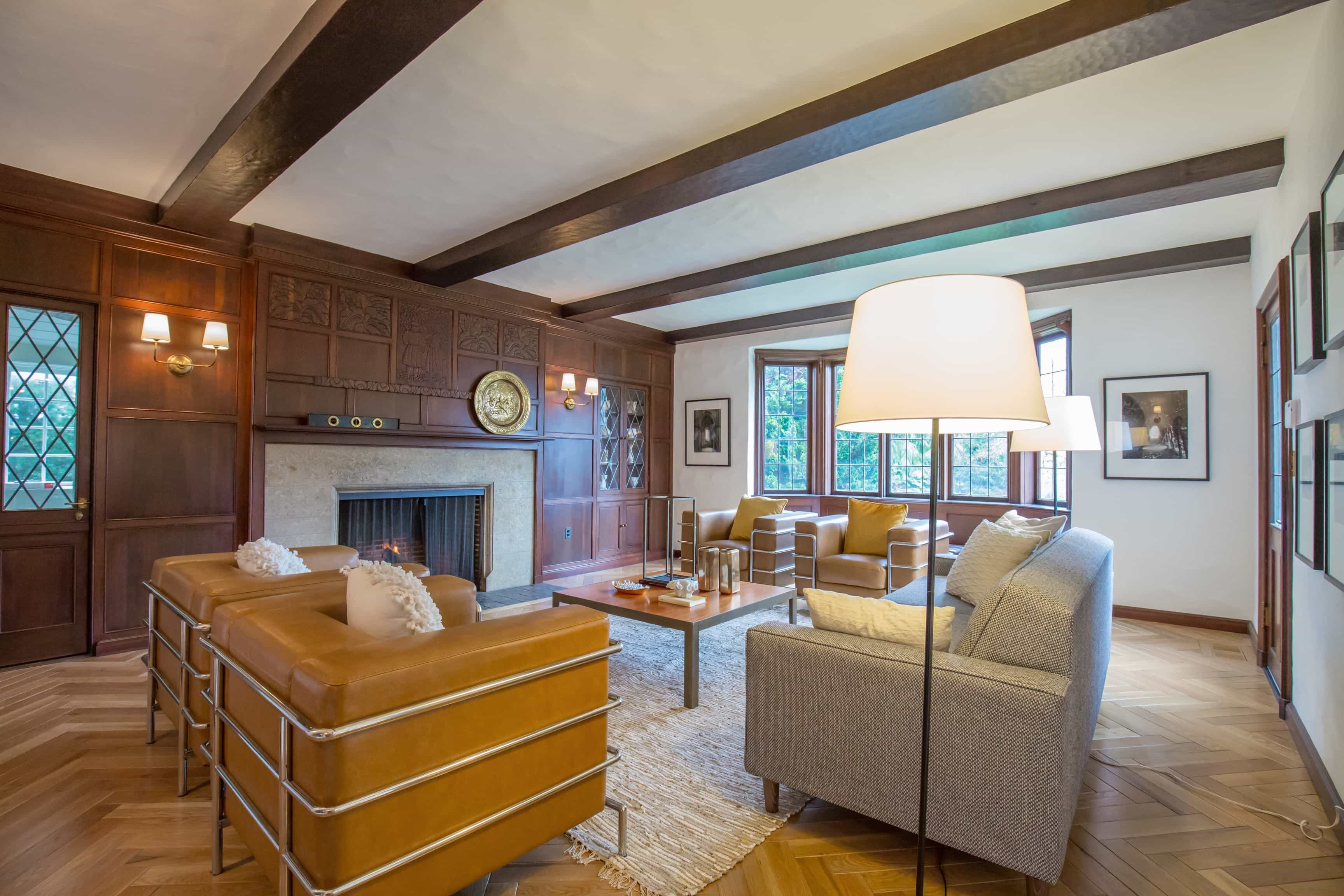 Featured Image of Luxury Craftsman Living Room With Beams