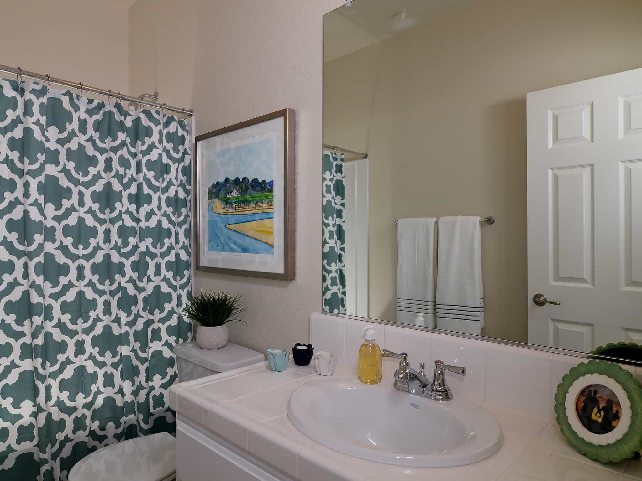 Neutral Traditional Bathroom With Trellis Pattern Shower Curtain (View 6 of 14)