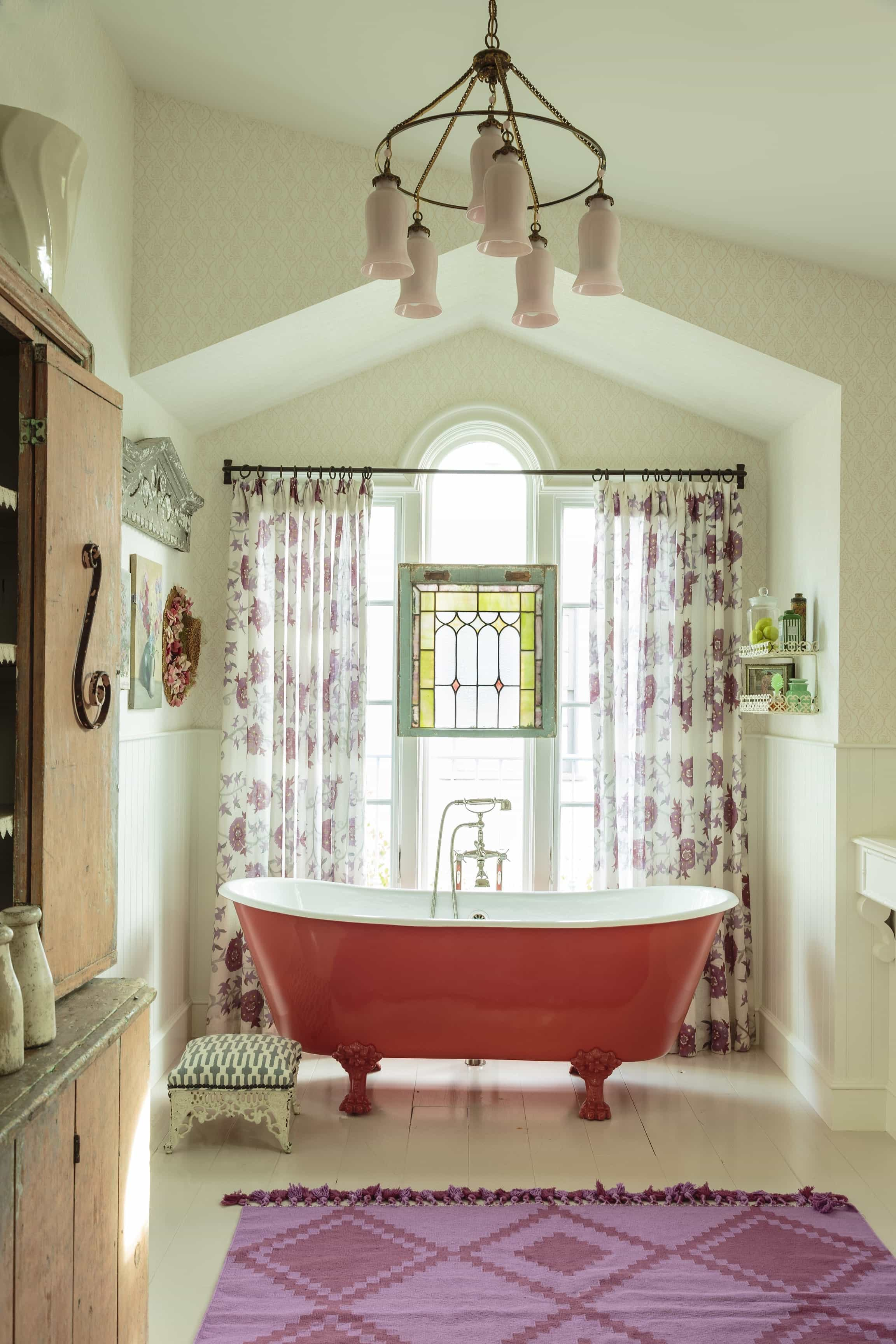 Featured Image of Pop Color Cottage Spa Bathroom Decor
