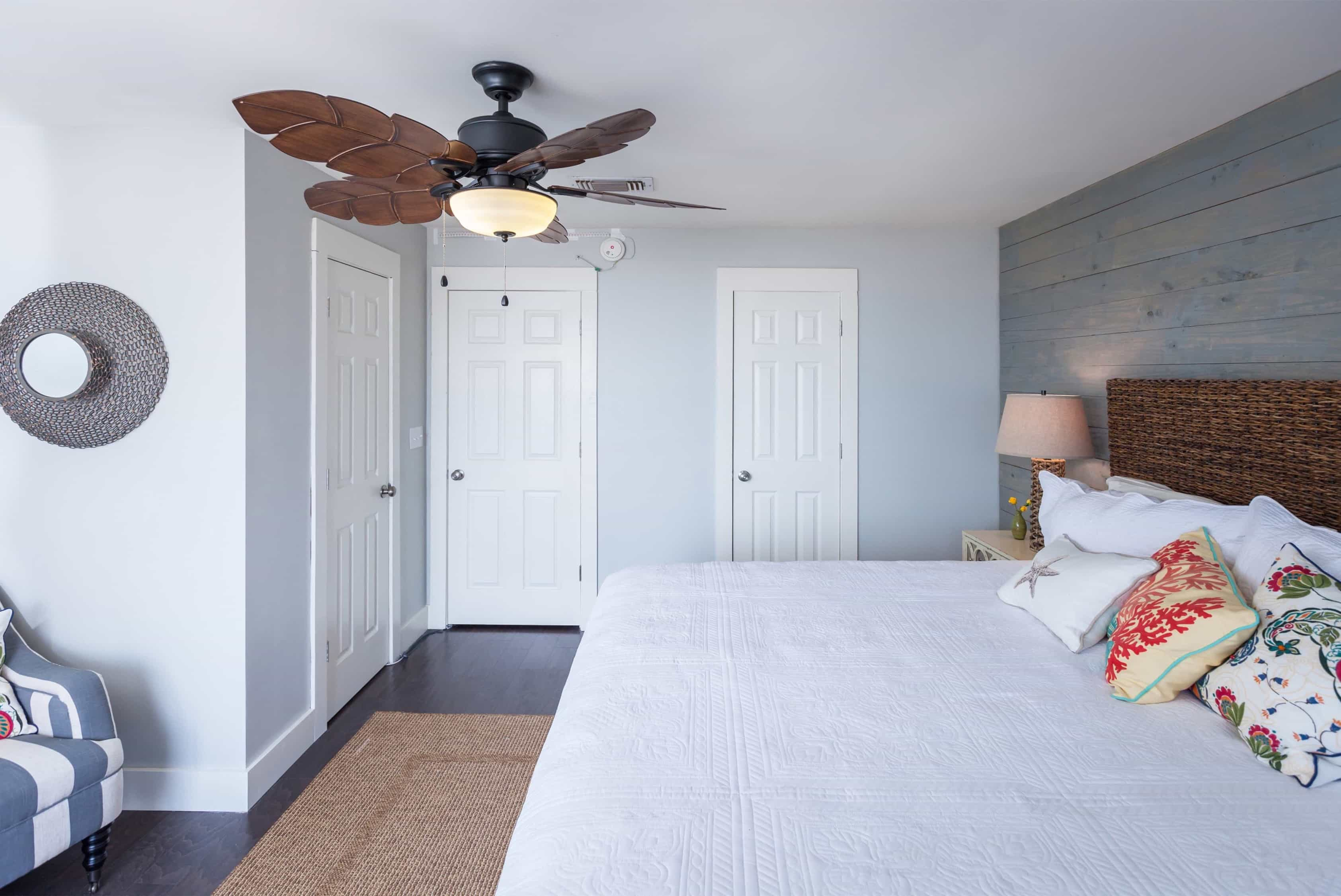 Featured Image of Rustic Bedroom With Walk In Closet Storage