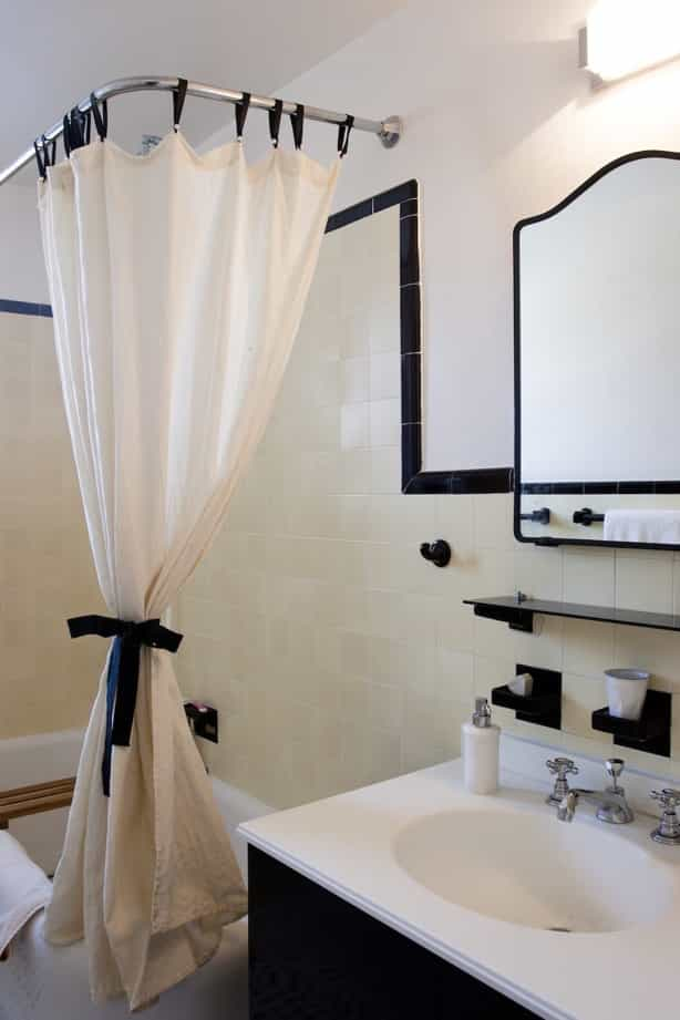 Featured Image of Sophisticated Black And White Bathroom