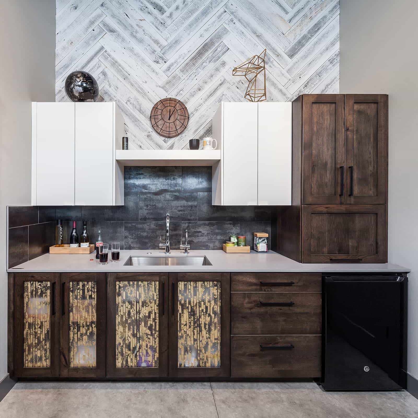 Featured Image of Stylish Wet Bar With Flat And Wood Cabinets