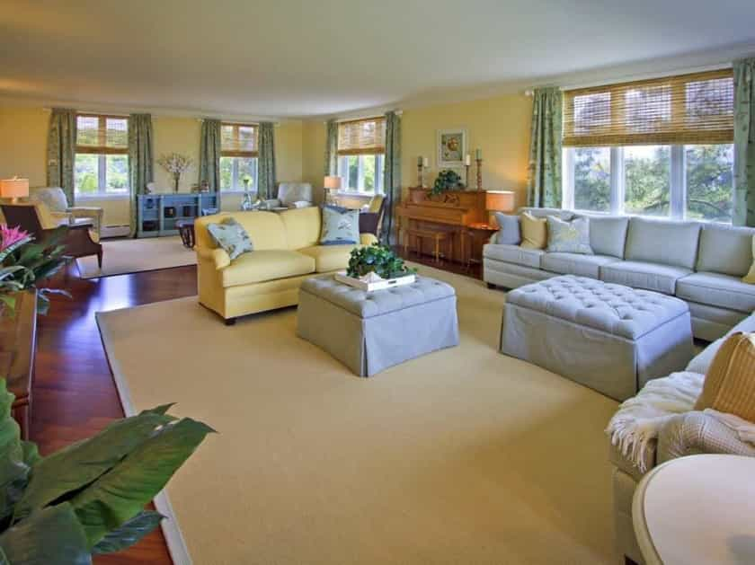 Featured Image of Traditional Yellow Living Room And Sitting Area