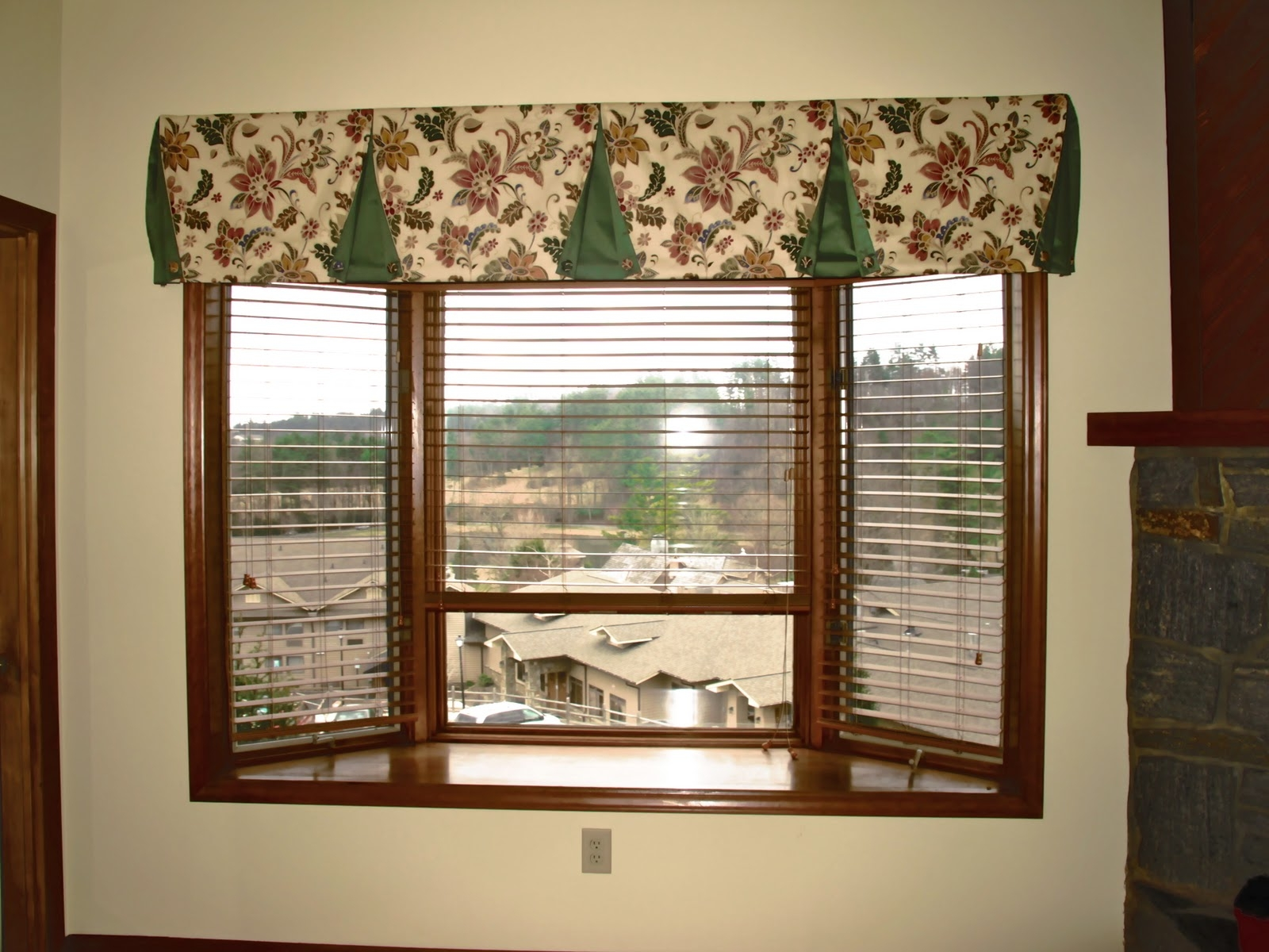 Bay Window Ideas Sglivingpod Bay Window Ideas Gallery Of Regarding Curtains For Small Bay Windows (Image 5 of 15)