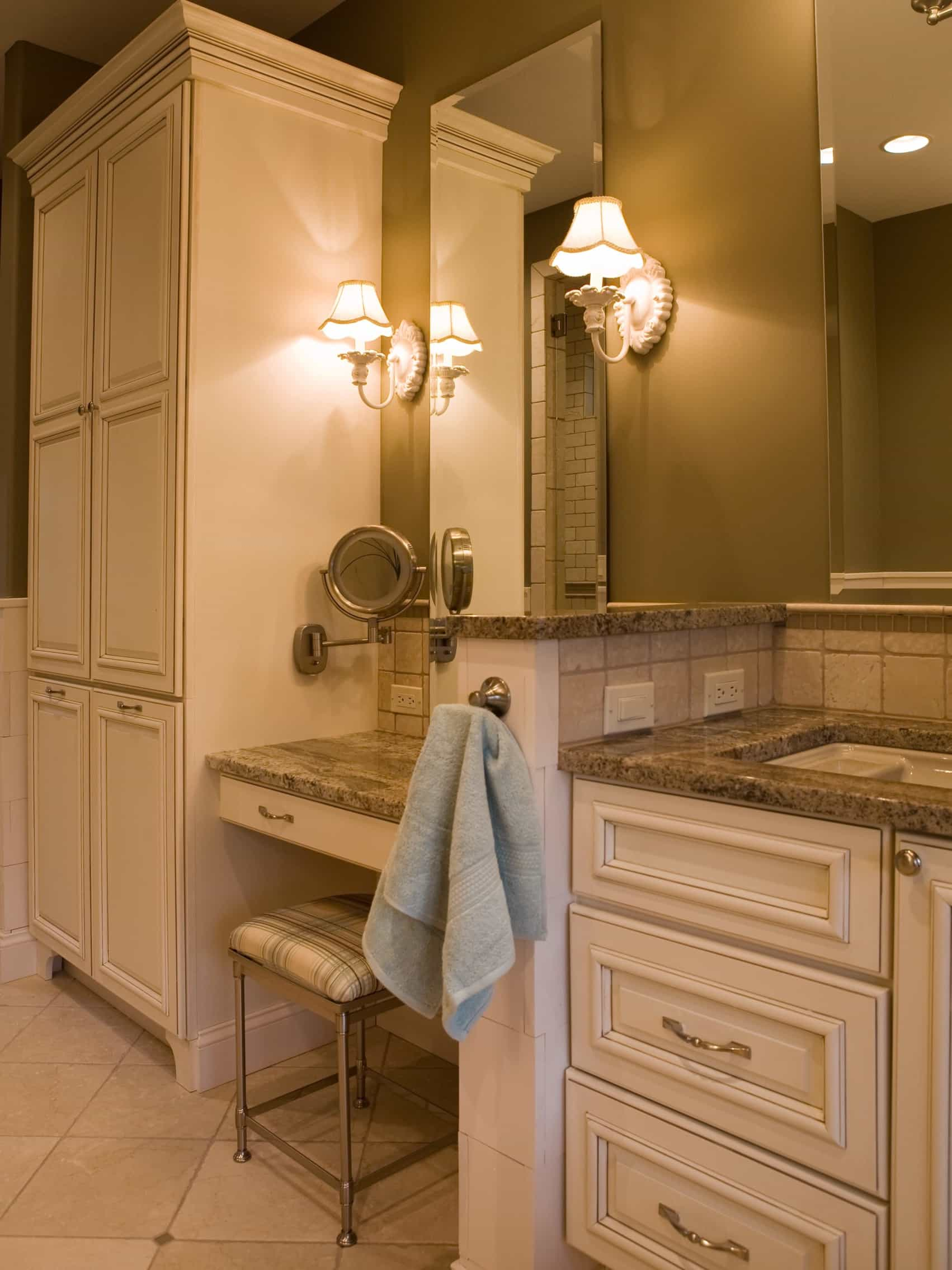 Featured Image of Cottage Style Bathroom Flattering Sconce Lighting