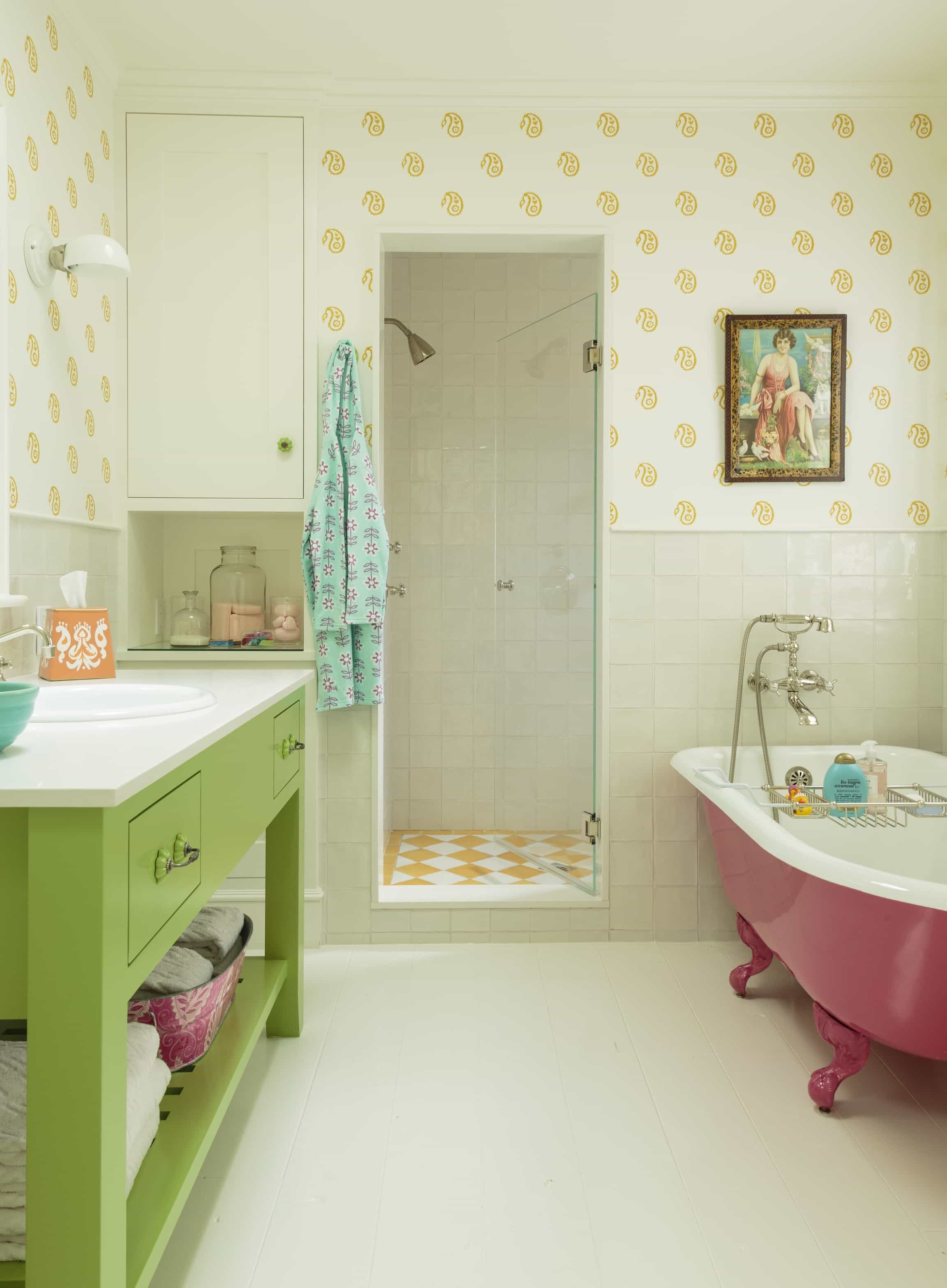 Featured Image of Cozy Cottage Bathroom With Yellow Patterned Tile And Wallpaper