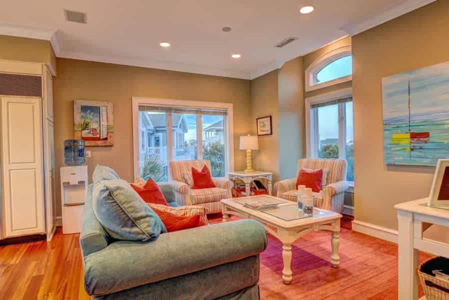 Featured Image of Cozy Sitting Room With Pale Red And Blue Furnishings