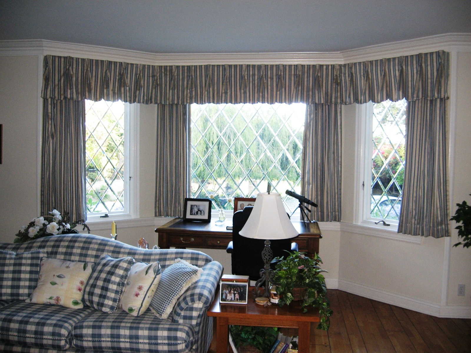Curtains For Small Bay Windows Design With Curtain Decor Stunning With Regard To Curtains For Small Bay Windows (Image 10 of 15)