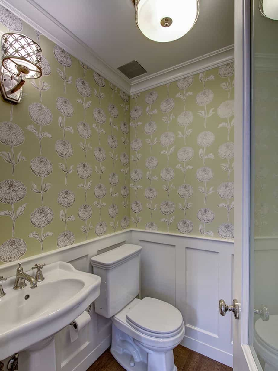 Featured Image of Graphic Floral Pattern Wallpaper For Vintage Bathroom Decor