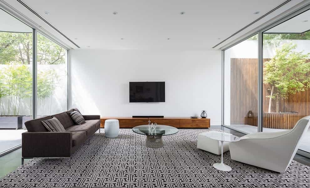 Featured Image of Large Minimalist Living Room With Carpet And A Wall Mounted Tv